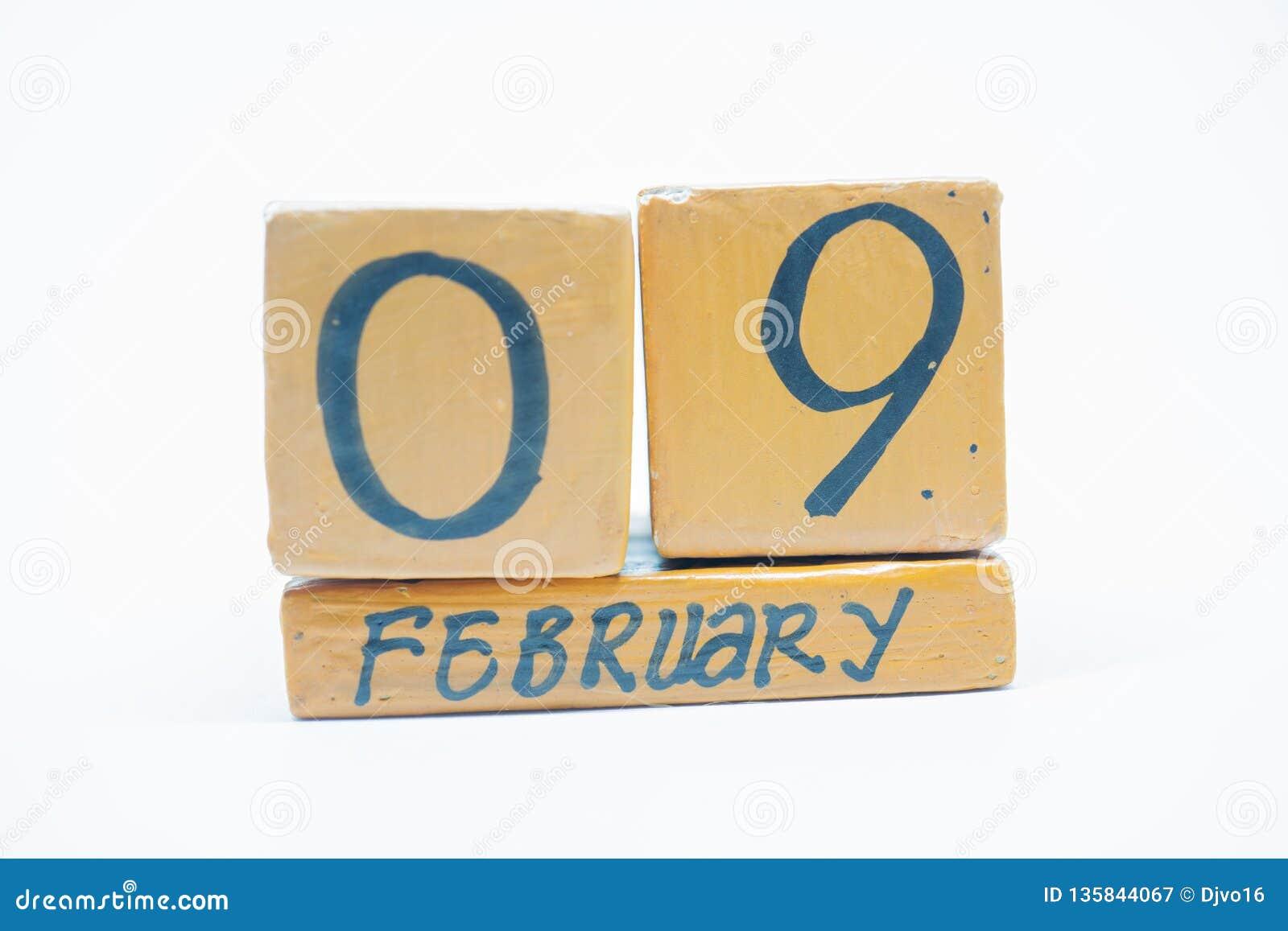 9 Φεβρουαρίου Ημέρα 9 του μήνα, χειροποίητο ξύλινο ημερολόγιο που απομονώνεται στο άσπρο υπόβαθρο Χειμωνιάτικος μήνας, ημέρα της