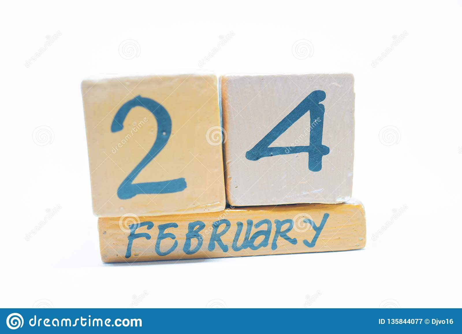 24 Φεβρουαρίου Ημέρα 24 του μήνα, χειροποίητο ξύλινο ημερολόγιο που απομονώνεται στο άσπρο υπόβαθρο Χειμωνιάτικος μήνας, ημέρα τη