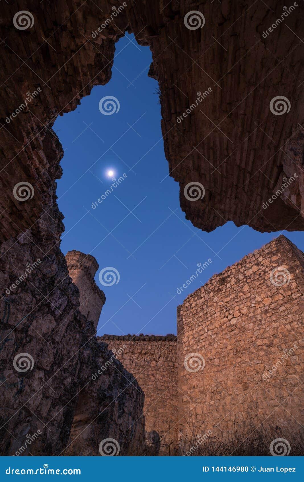 Φεγγάρι μεταξύ των καταστροφών