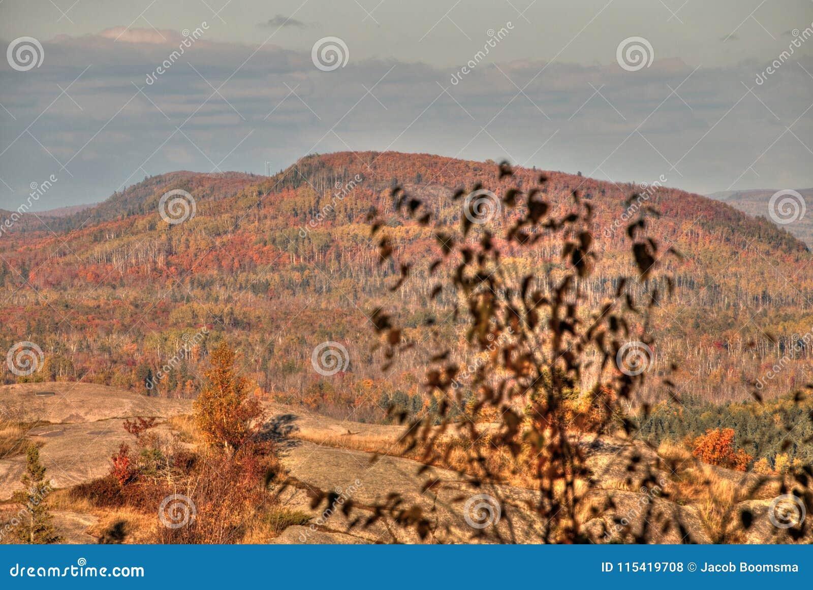 Φθινόπωρο στην αιχμή του Carlton των πριονωτών βουνών σε βόρεια Μινεσότα στη βόρεια ακτή του ανωτέρου λιμνών
