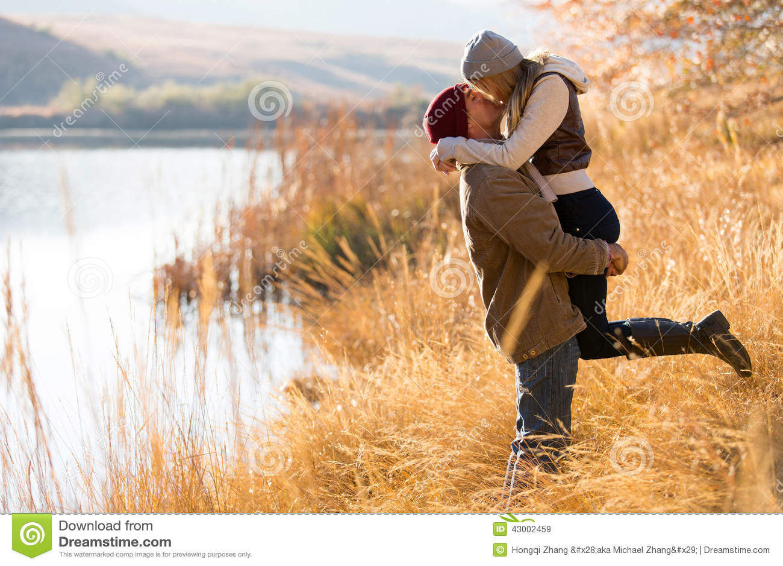 Φθινόπωρο φιλήματος ζεύγους