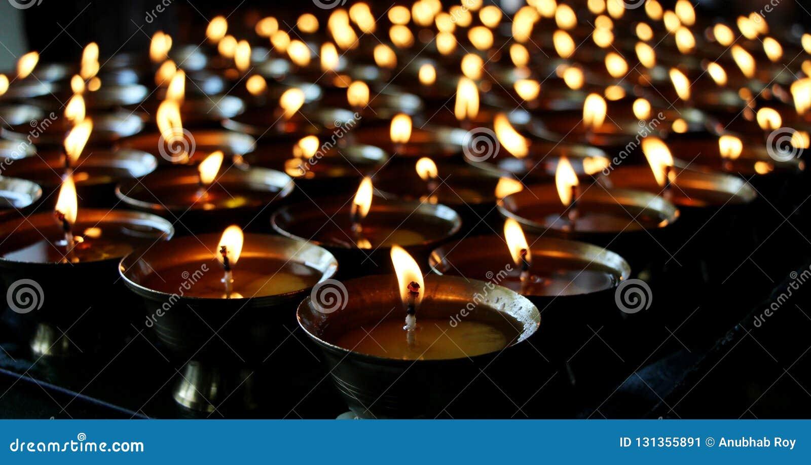 φιλανθρωπία Κεριά επίκλησης σε ένα μοναστήρι στο Μπουτάν