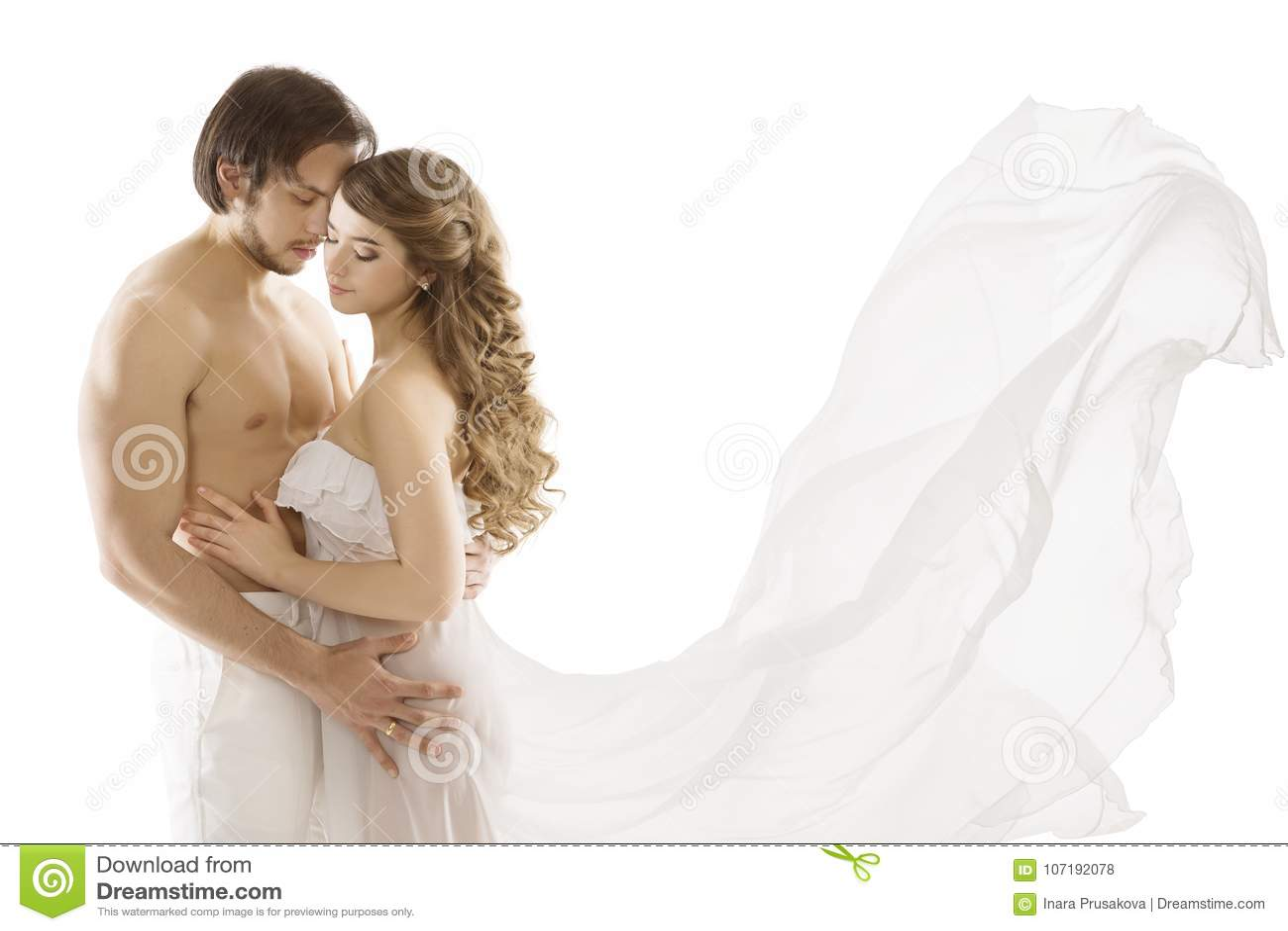 Φιλώντας γυναίκα ανδρών ζεύγους ερωτευμένη, νέα προκλητική, κυματίζοντας φόρεμα
