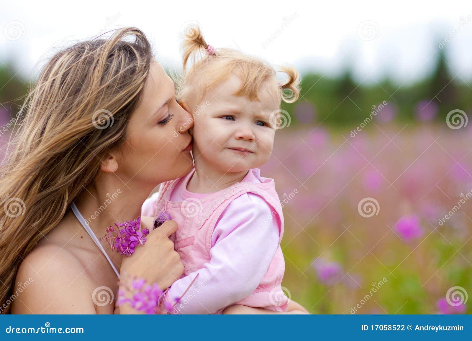 φιλώντας μητέρα λιβαδιών κ&omi
