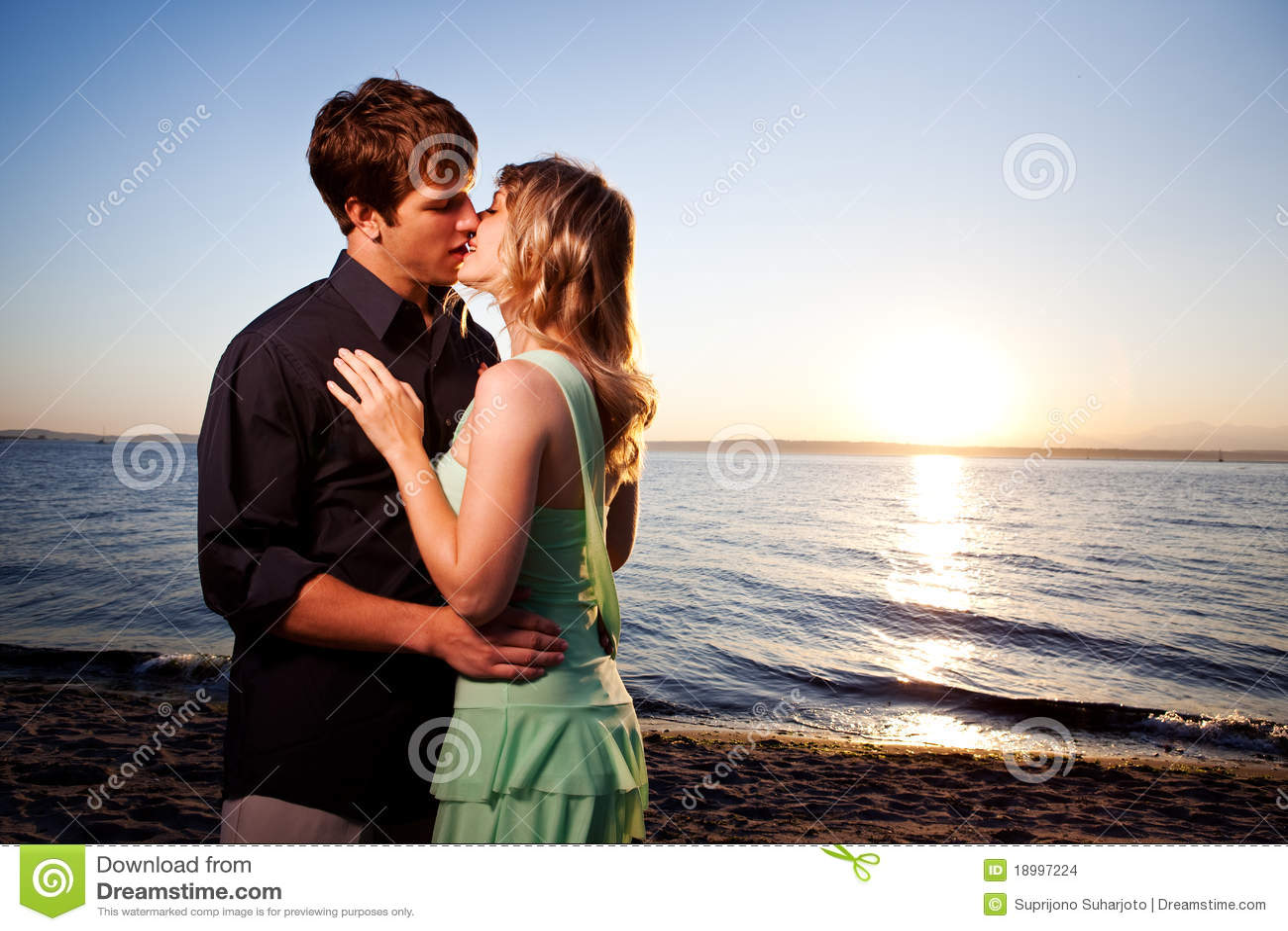 Φιλώντας ρομαντικό ζεύγος