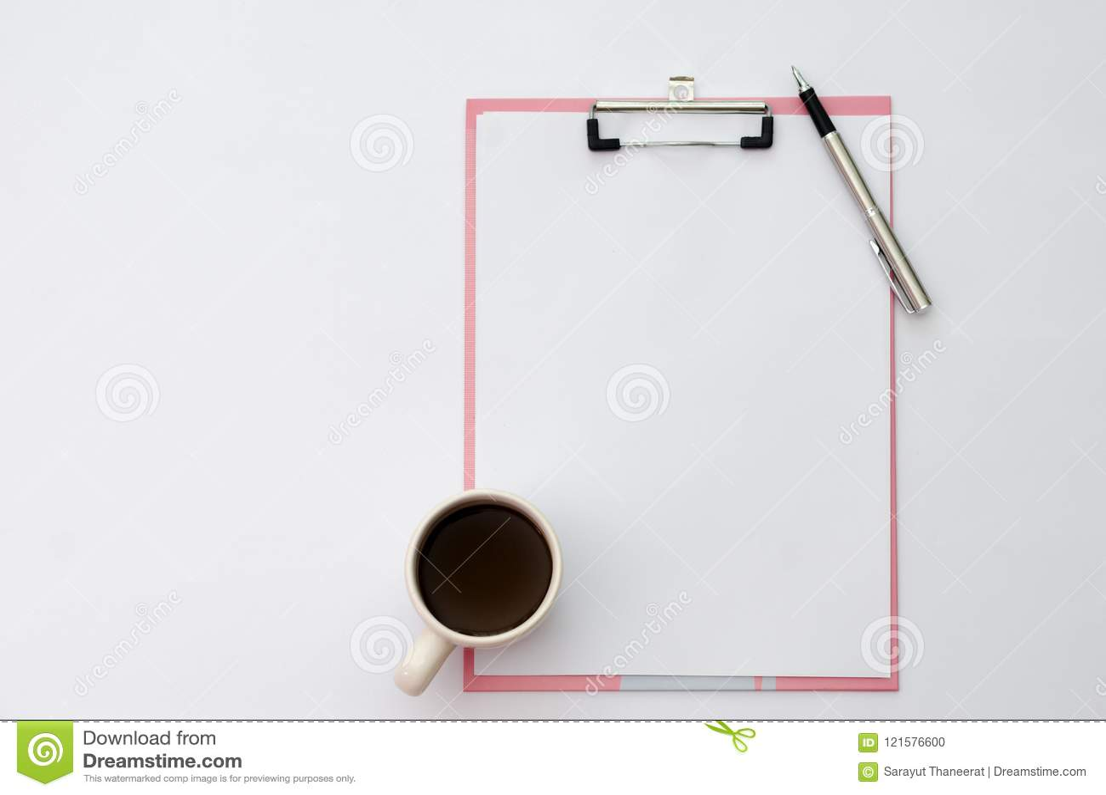 Φλυτζάνια καφέ μανδρών προτύπων, έγγραφο σημειώσεων ακουστικών που τοποθετείται σε μια ξύλινη τοπ άποψη
