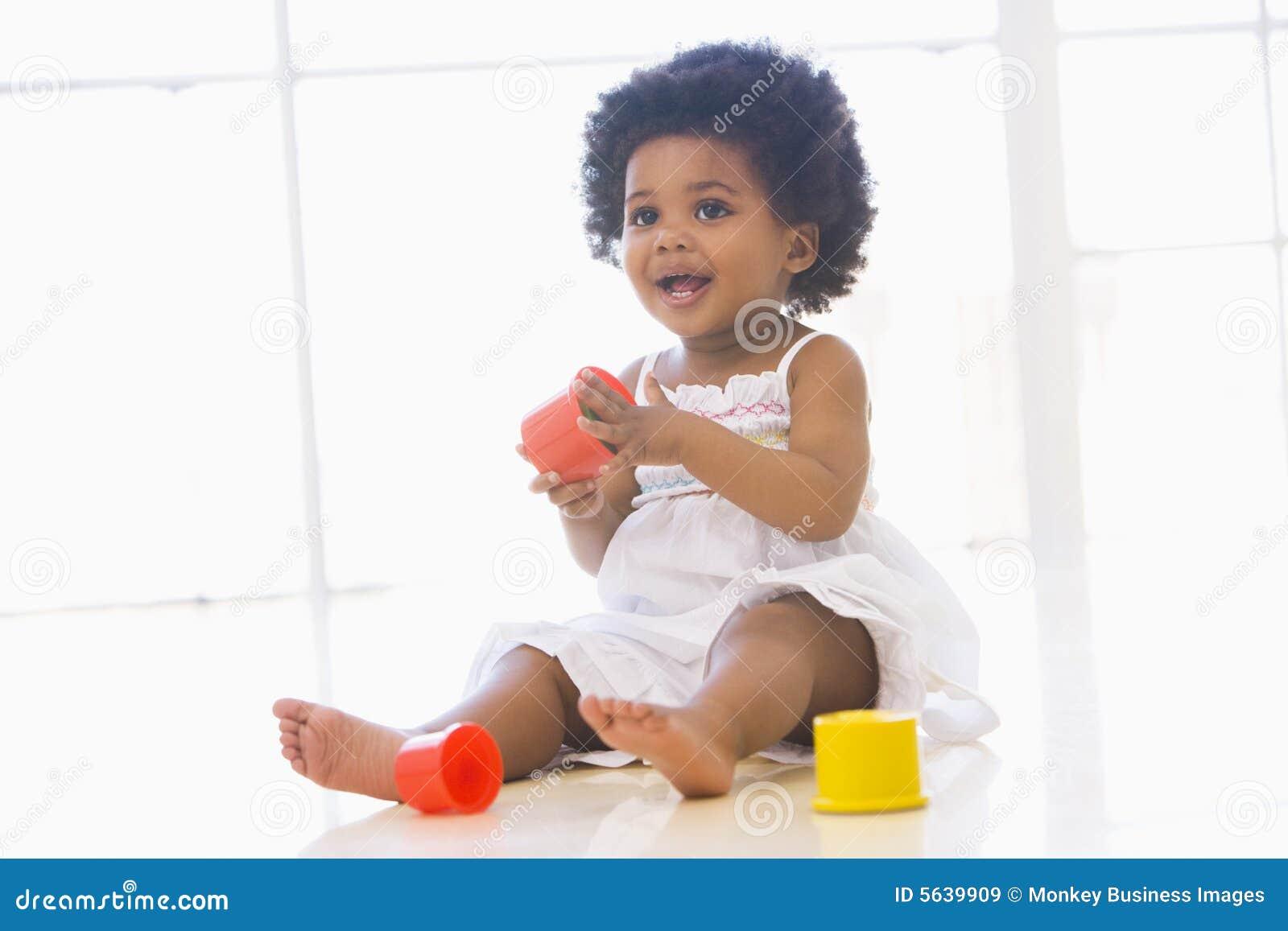 φλυτζάνι μωρών που παίζει στο εσωτερικό τα παιχνίδια