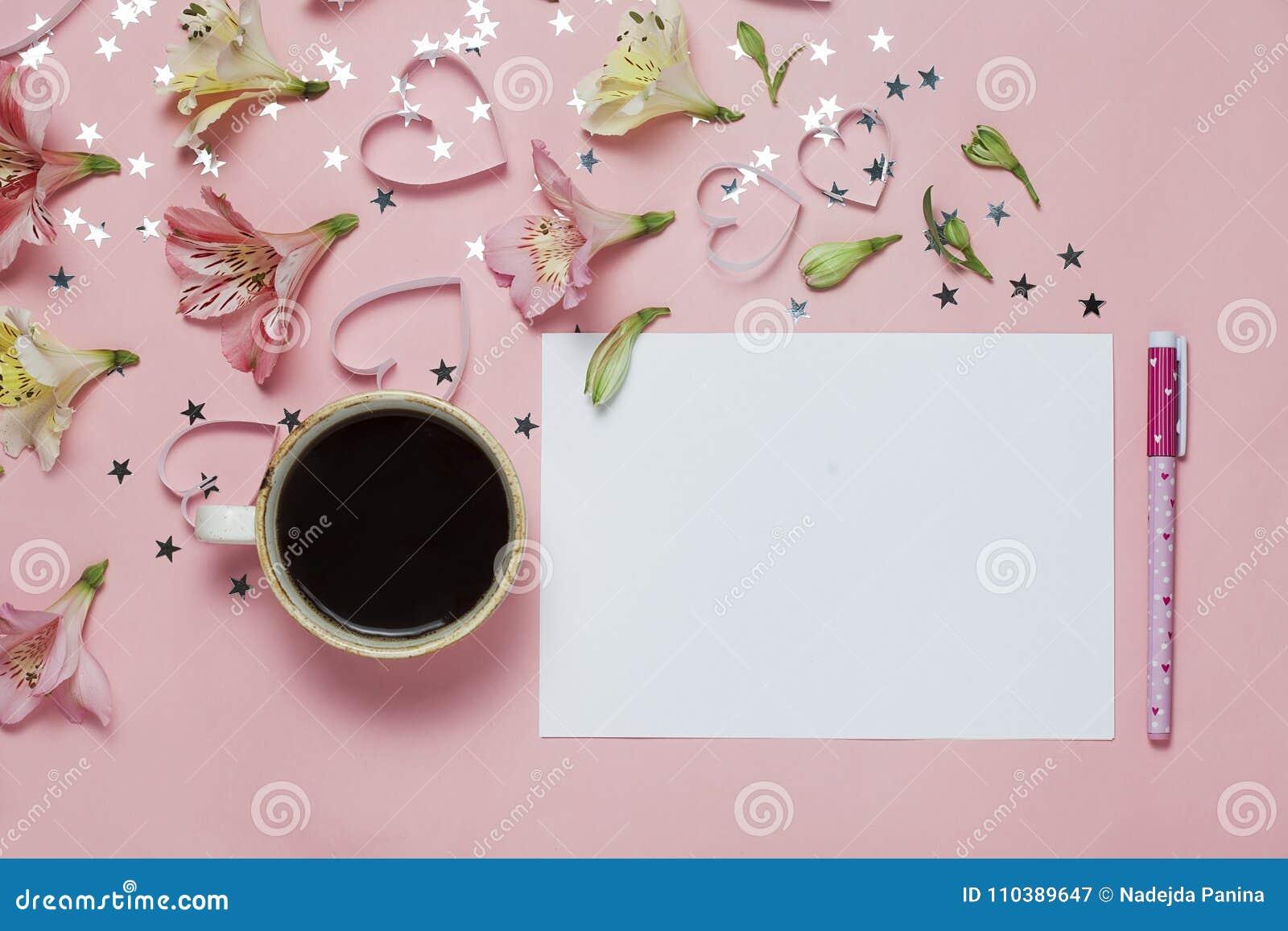 Φλυτζάνι του χαιρετισμού coffe και άνοιξη με μια μάνδρα, σύνθεση λουλουδιών Η τοπ άποψη, επίπεδη βάζει Θέση για το κείμενο, copys