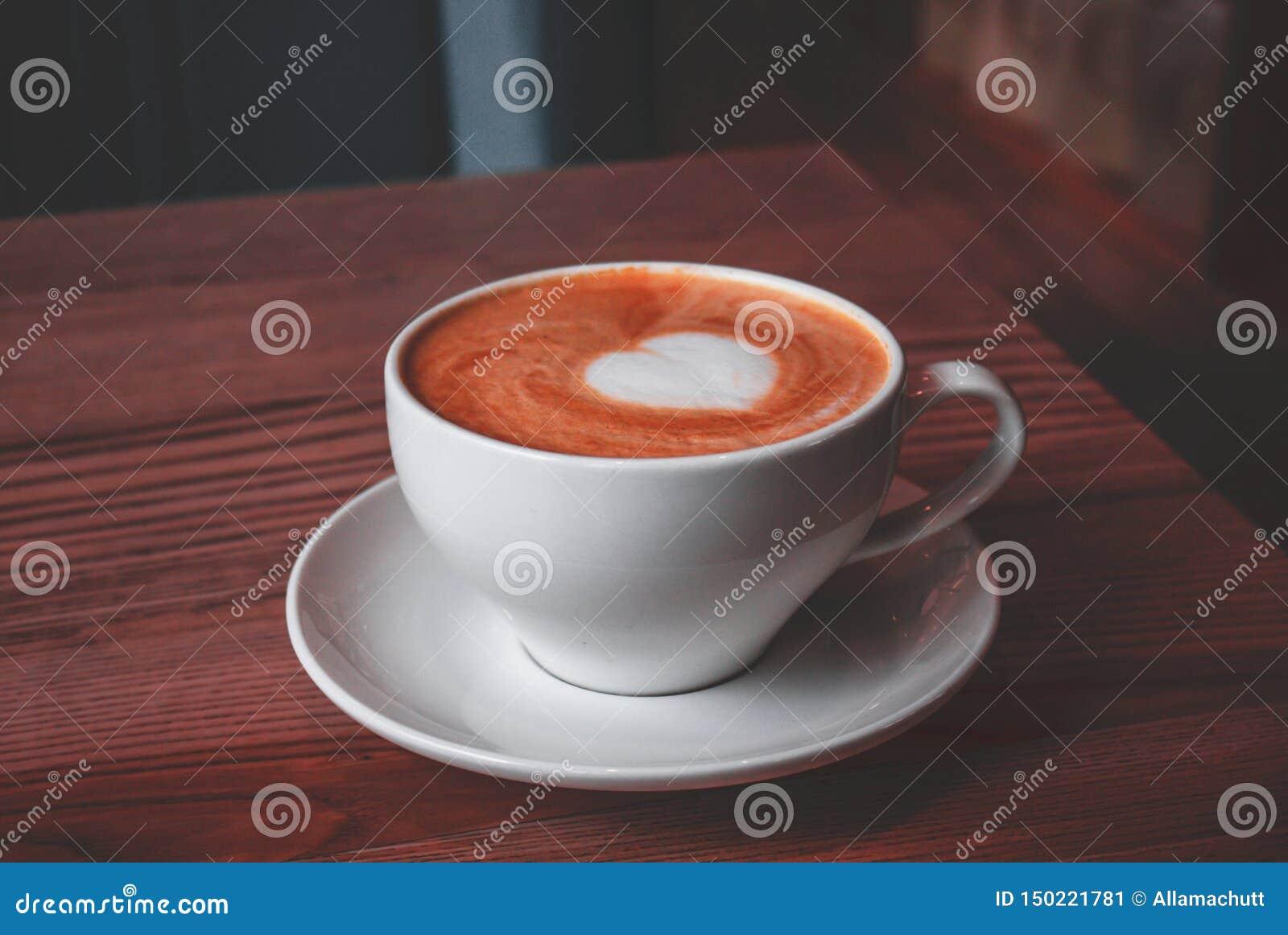 Φλυτζάνι του cappuccino με την τέχνη αγάπης