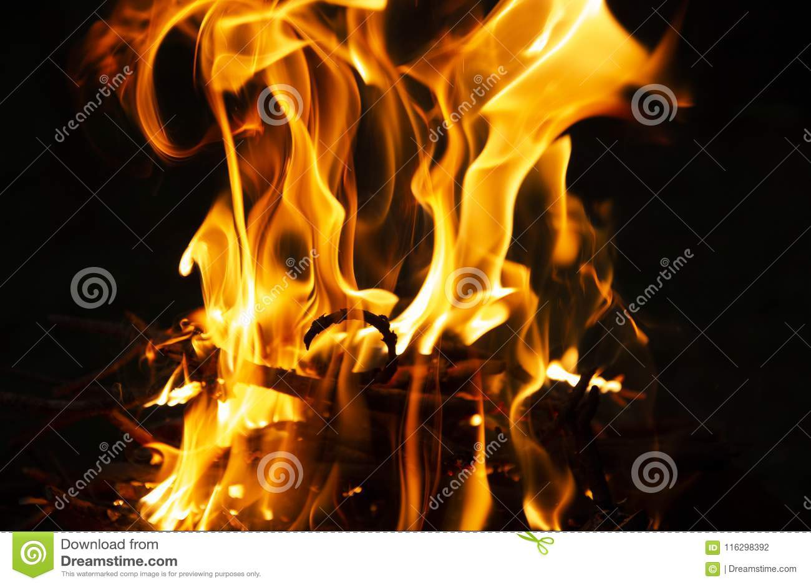 Φλόγα της πυρκαγιάς σε μια σκοτεινή νύχτα