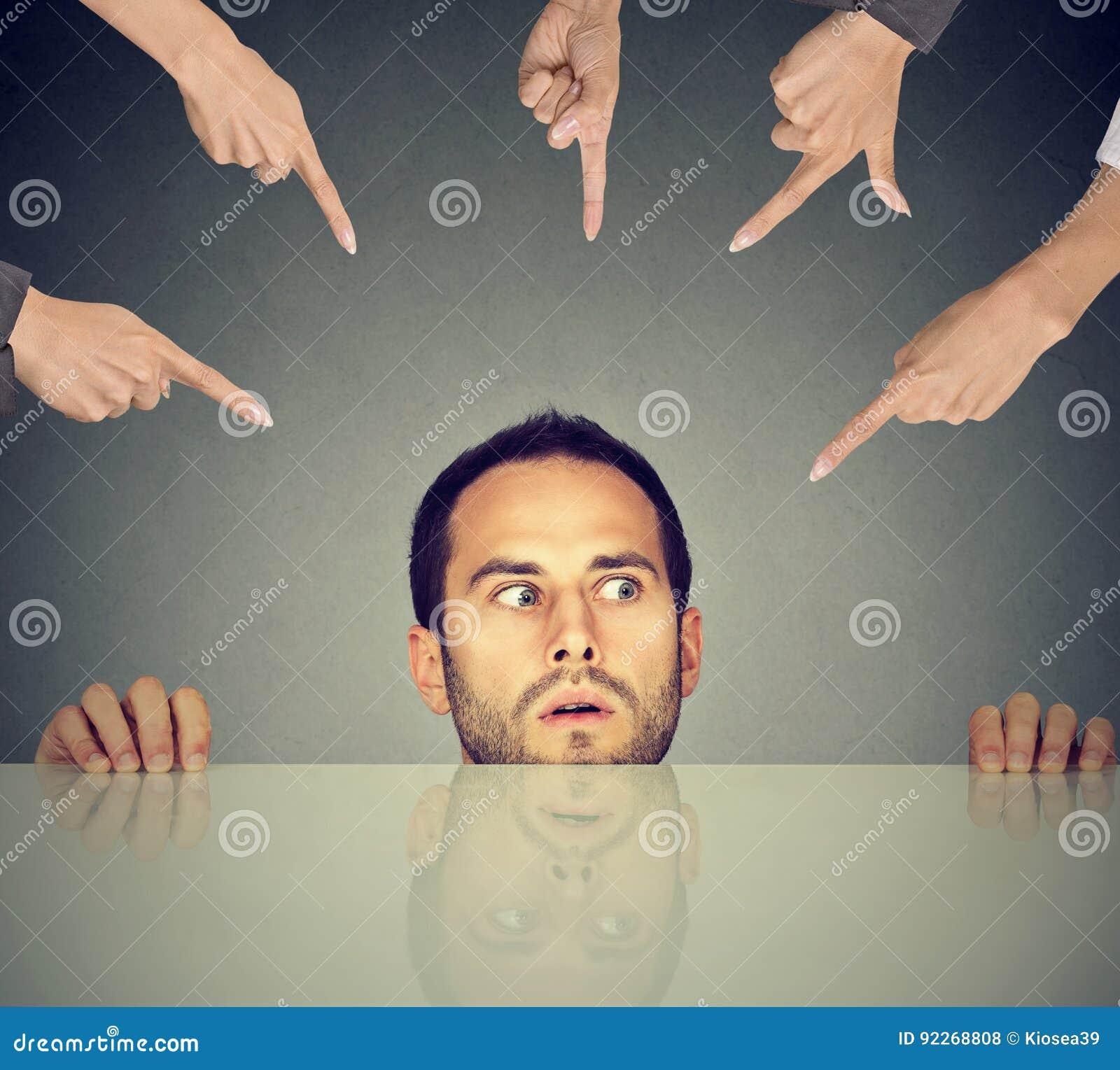 Φοβησμένο κρύψιμο υπαλλήλων ατόμων στο πλαίσιο του πίνακα που κατηγορείται από πολλούς ανθρώπους που δείχνουν τα δάχτυλα σε τον