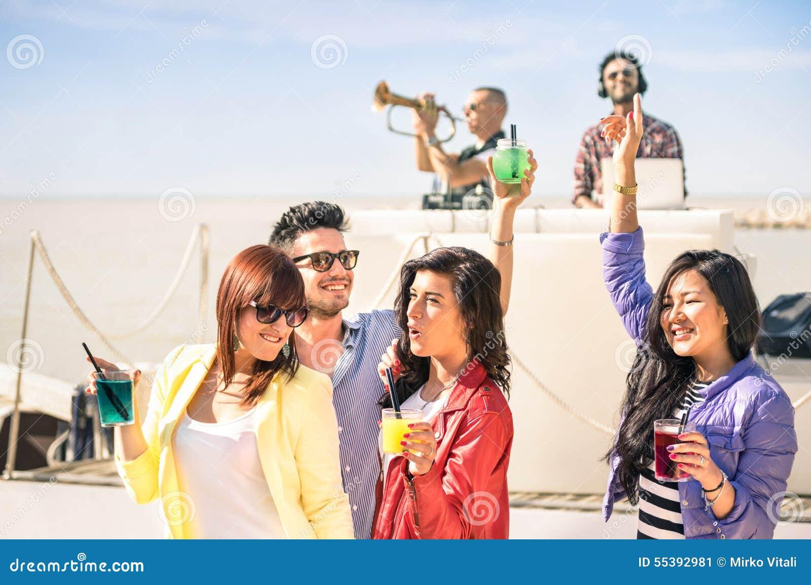 Φοβιτσιάρης μουσική χορού ανθρώπων και κατοχή της διασκέδασης μαζί στην παραλία rave