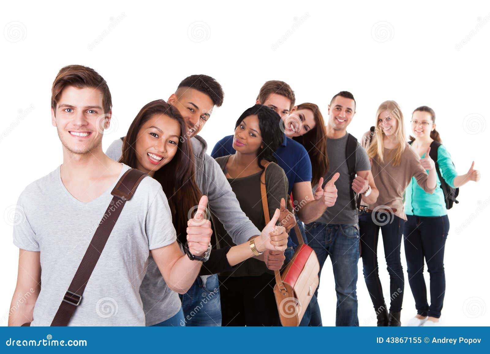 Φοιτητές πανεπιστημίου που οι αντίχειρες επάνω σε μια γραμμή
