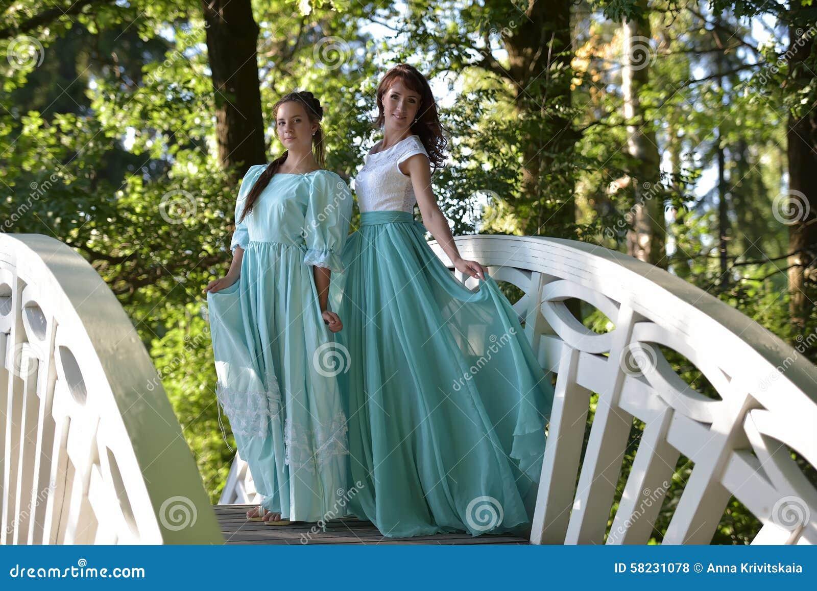 46b65c0d26a φορέματα που εξισώνουν δύ& στοκ εικόνες. εικόνα από δύο - 58231078