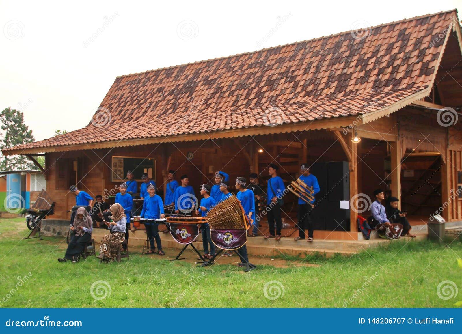 Φορείς Angklung στη δράση σε ένα γεγονός