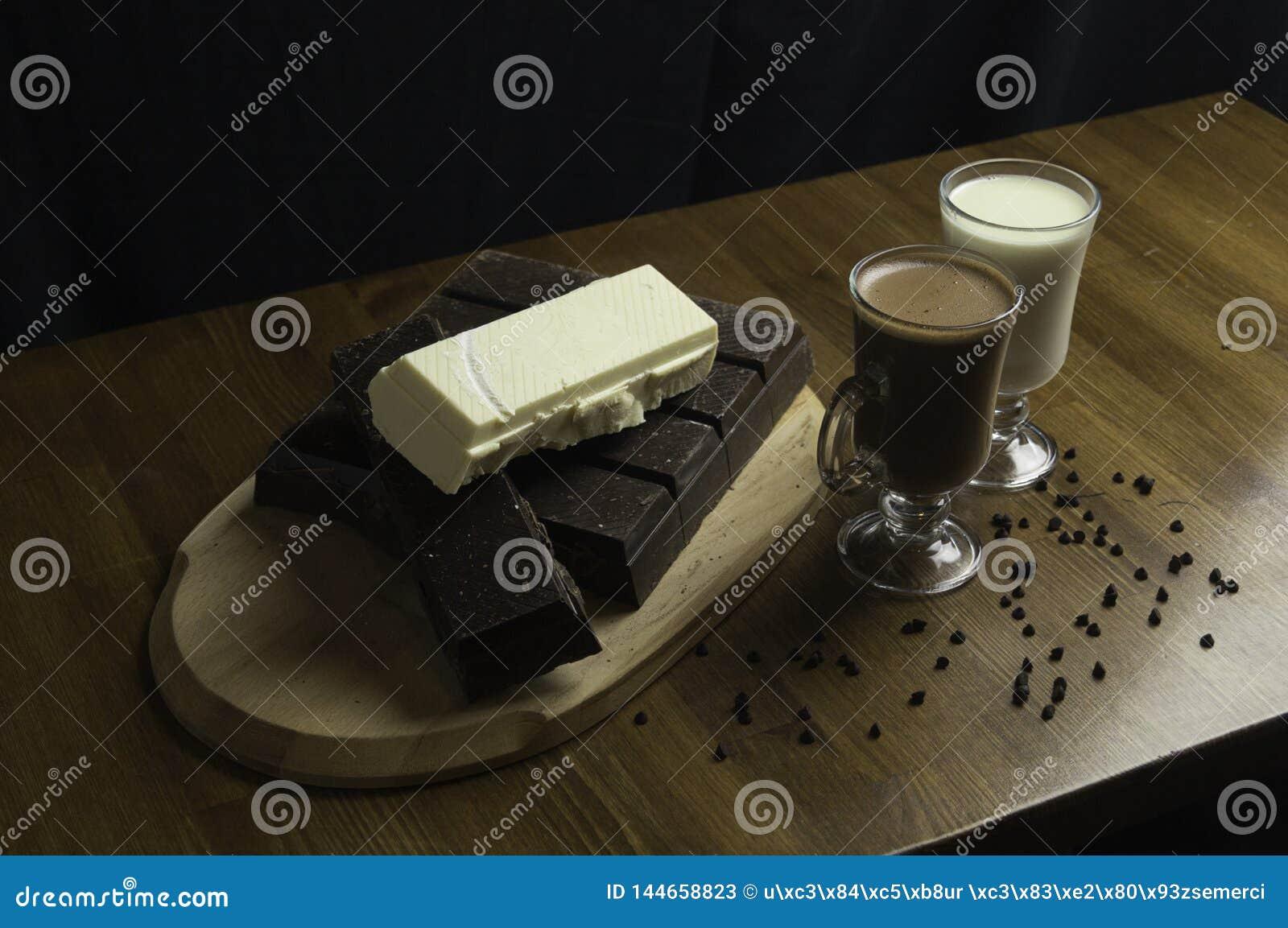φορμαρισμένες σοκολάτες που προετοιμάζονται στα ποτά πινάκων και γάλ