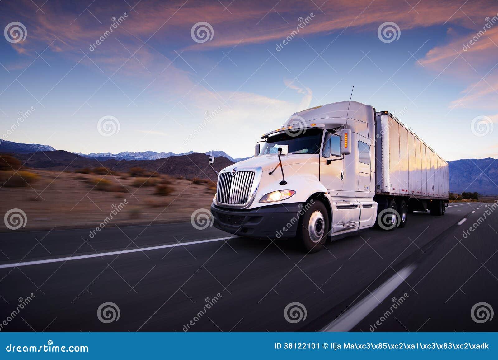 Φορτηγό και εθνική οδός στο ηλιοβασίλεμα - υπόβαθρο μεταφορών