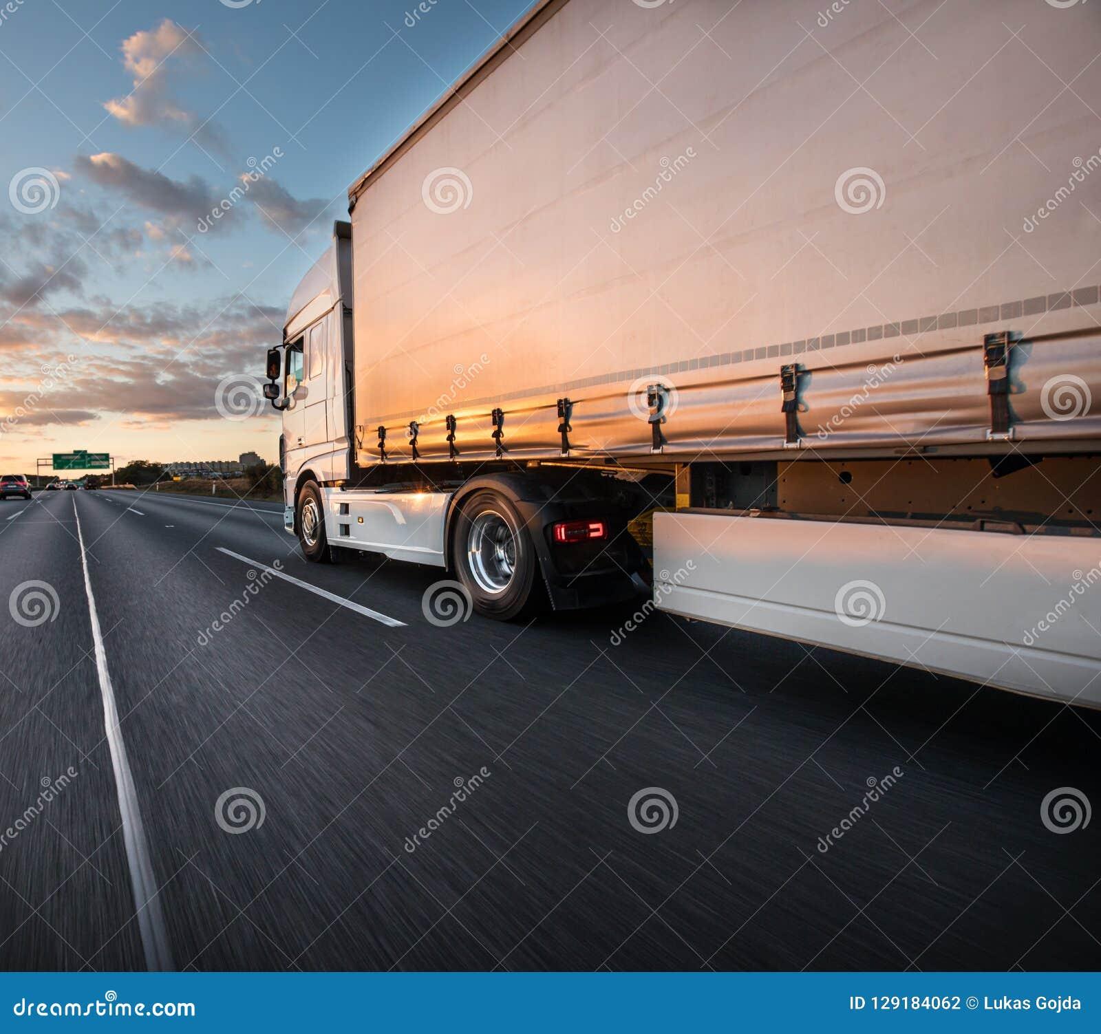 Φορτηγό με το εμπορευματοκιβώτιο στο δρόμο, έννοια μεταφορών φορτίου