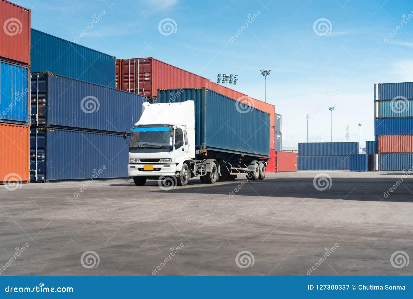 Φορτηγό με το εμπορευματοκιβώτιο φορτίου στο δρόμο στη ναυτιλία του ναυπηγείου