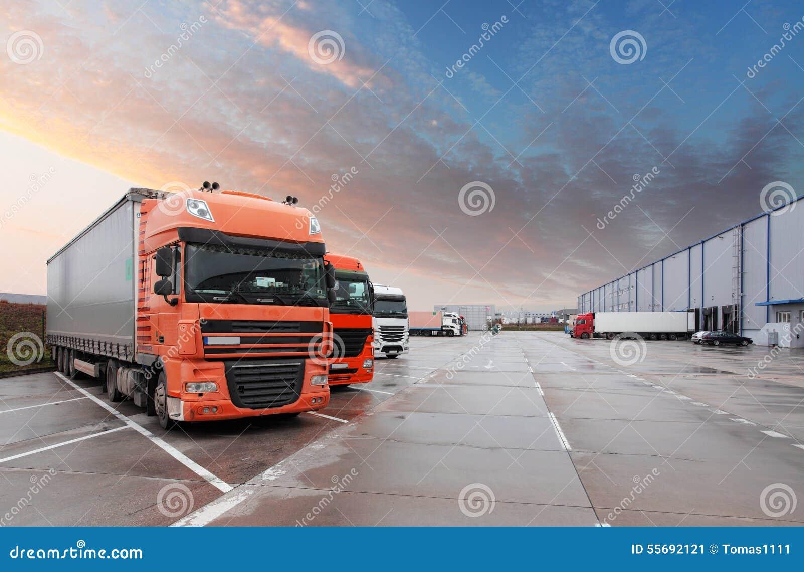 Φορτηγό στην αποθήκη εμπορευμάτων - μεταφορά φορτίου