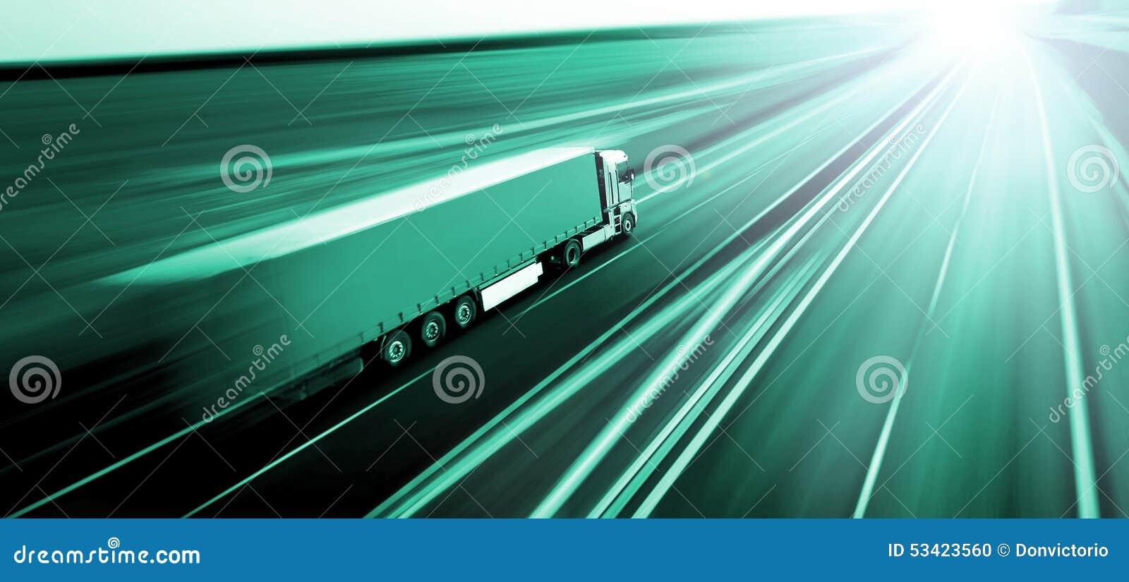 Φορτηγό στη θαμπάδα οδικών κινήσεων ασφάλτου