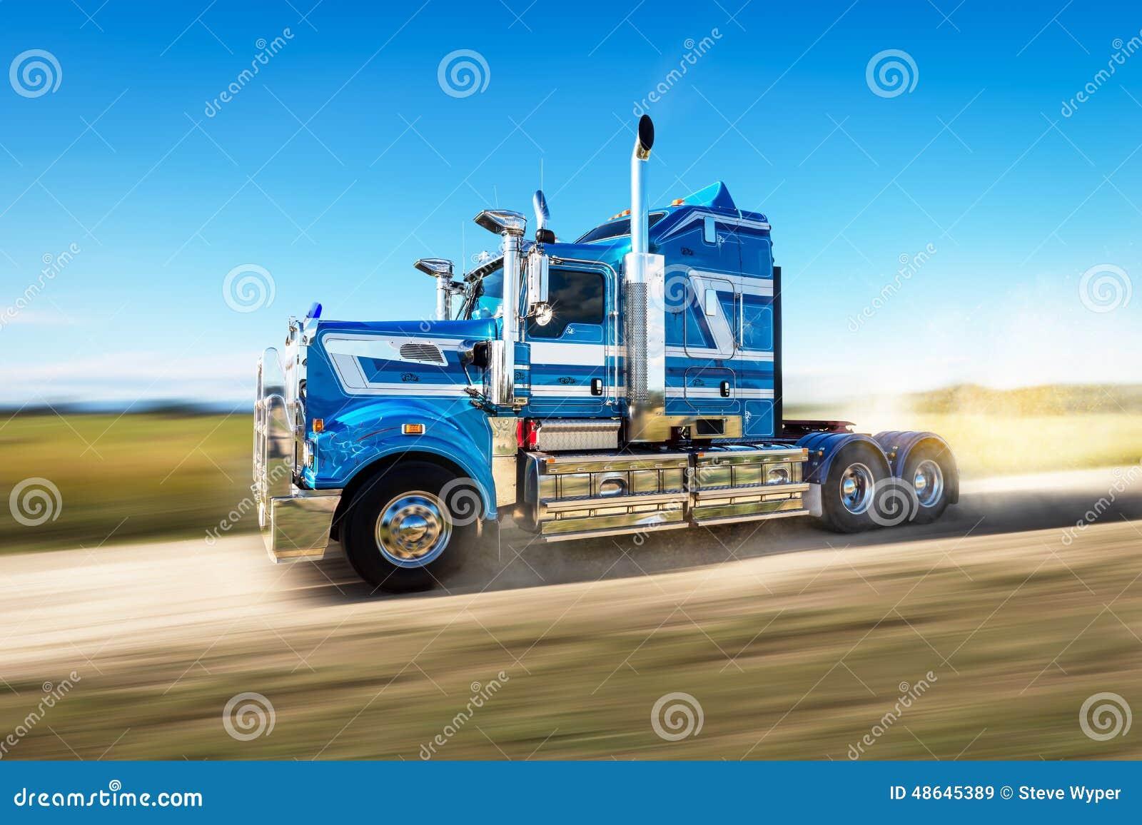 Φορτηγό στο δρόμο με τη θαμπάδα ταχύτητας