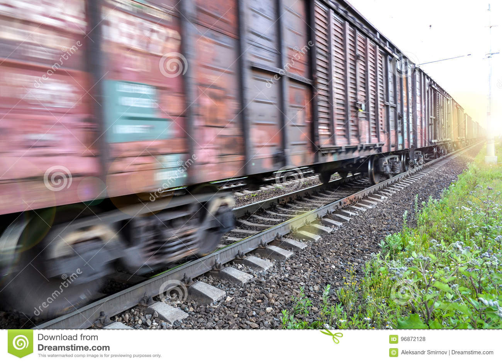 Φορτηγό τρένο, σιδηροδρομικά βαγόνια εμπορευμάτων με την επίδραση θαμπάδων κινήσεων μεταφορά, σιδηρόδρομος