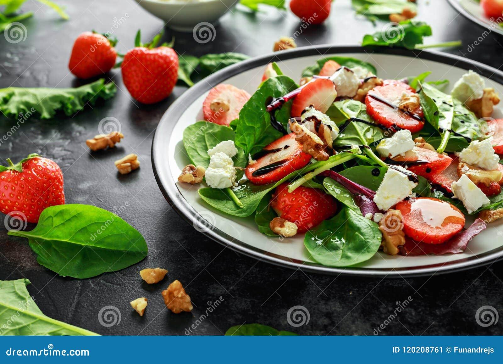 Φράουλα θερινών φρούτων, σαλάτα σπανακιού με το ξύλο καρυδιάς, βαλσαμικό ξίδι τυριών φέτας, κατσαρό λάχανο Σε ένα πιάτο υγιεινή δ