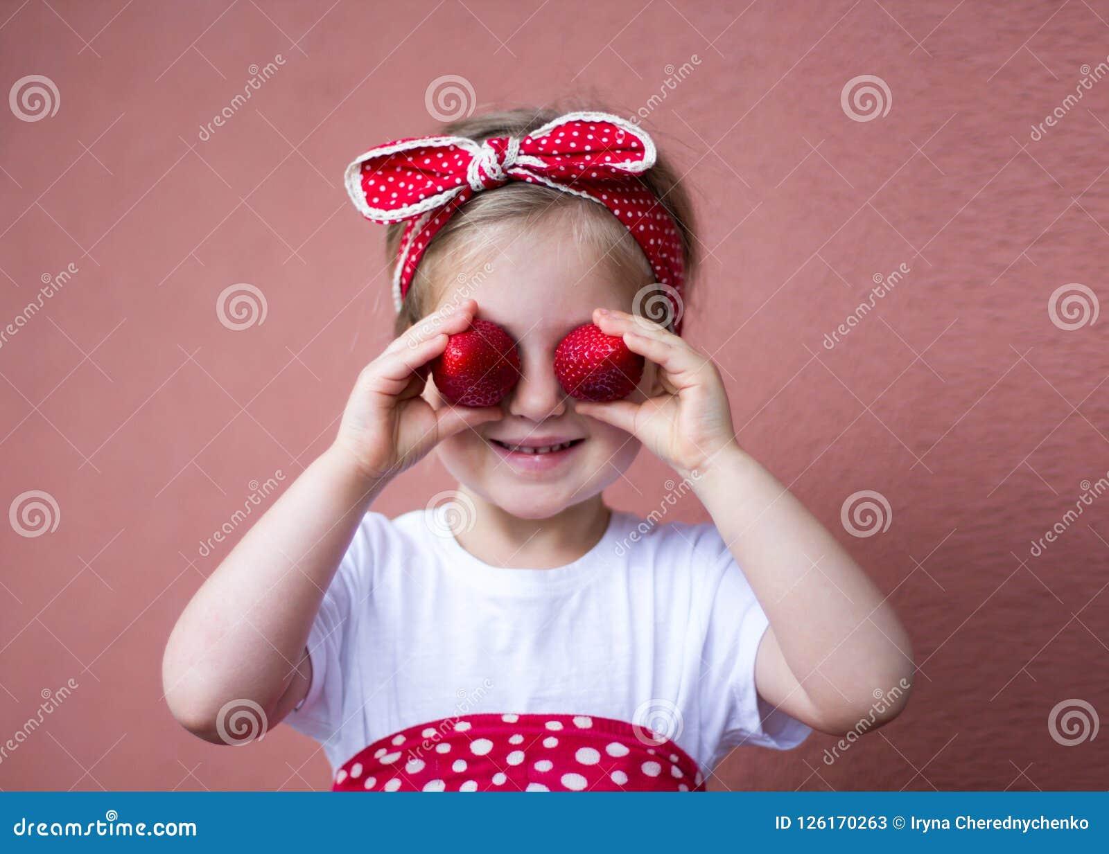 Φράουλες - ευτυχές κορίτσι με τις φράουλες