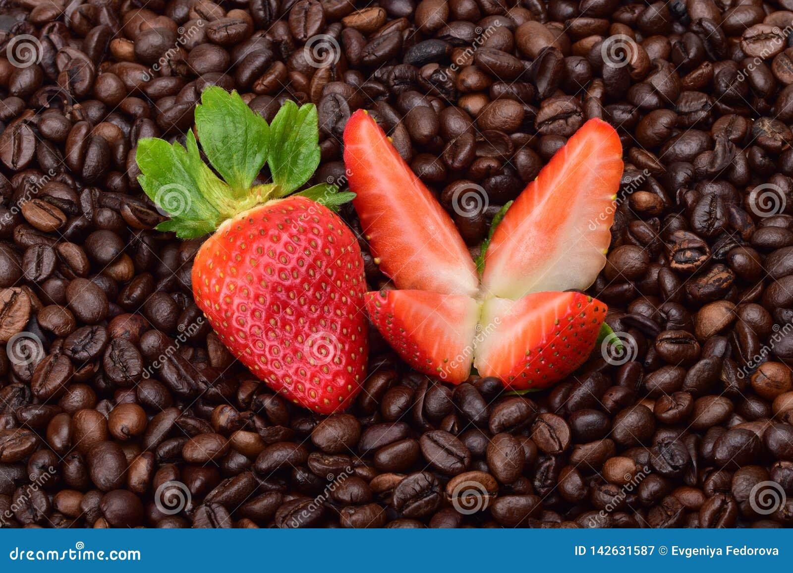 Φράουλες, περικοπή σε τέσσερα κομμάτια και ολόκληρο ένα μούρο των ώριμων φραουλών