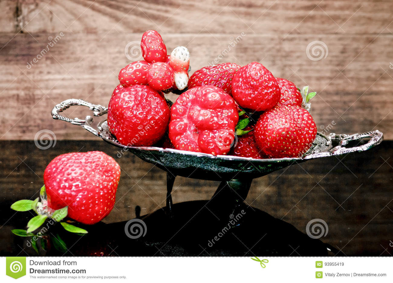 Φράουλες σε έναν πίνακα γυαλιού