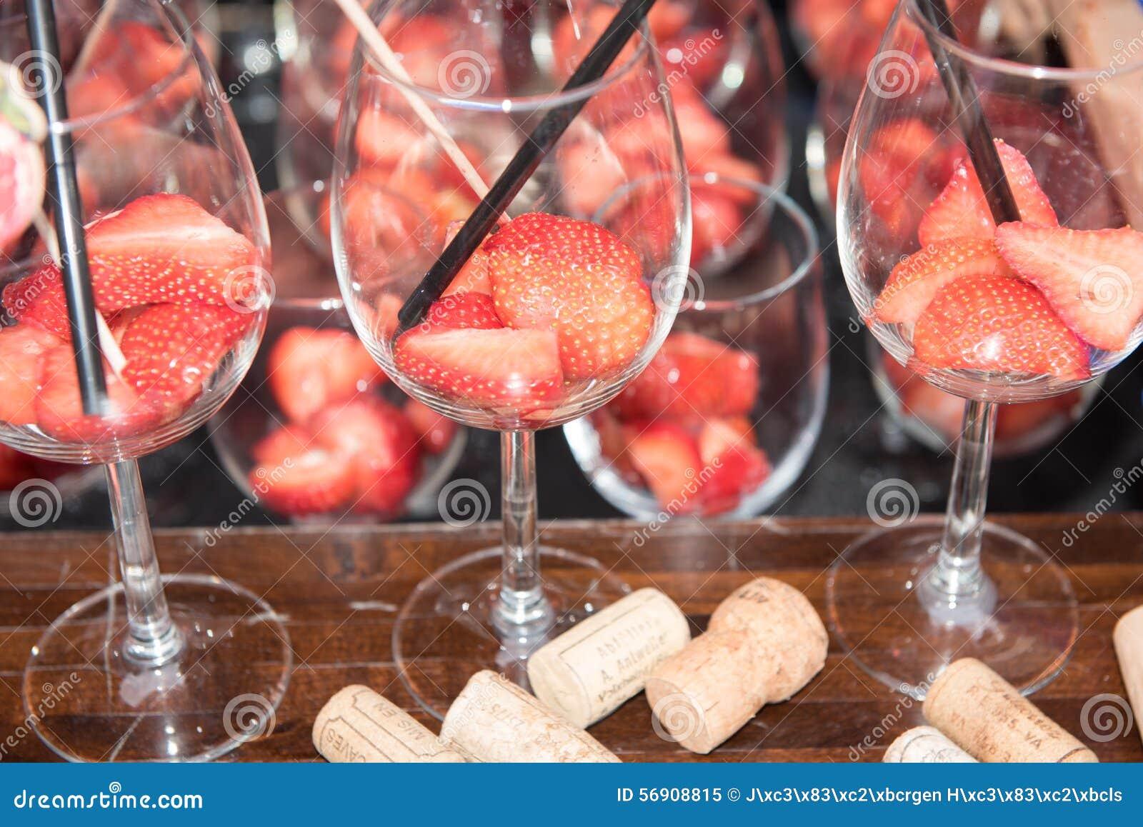 Φράουλες στα γυαλιά έτοιμα για ένα κοκτέιλ