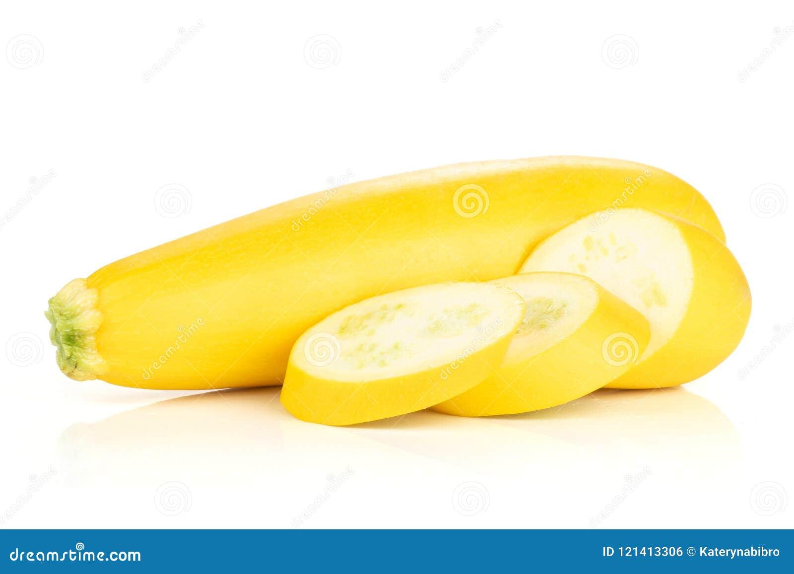 Φρέσκα ακατέργαστα κίτρινα κολοκύθια που απομονώνονται στο λευκό