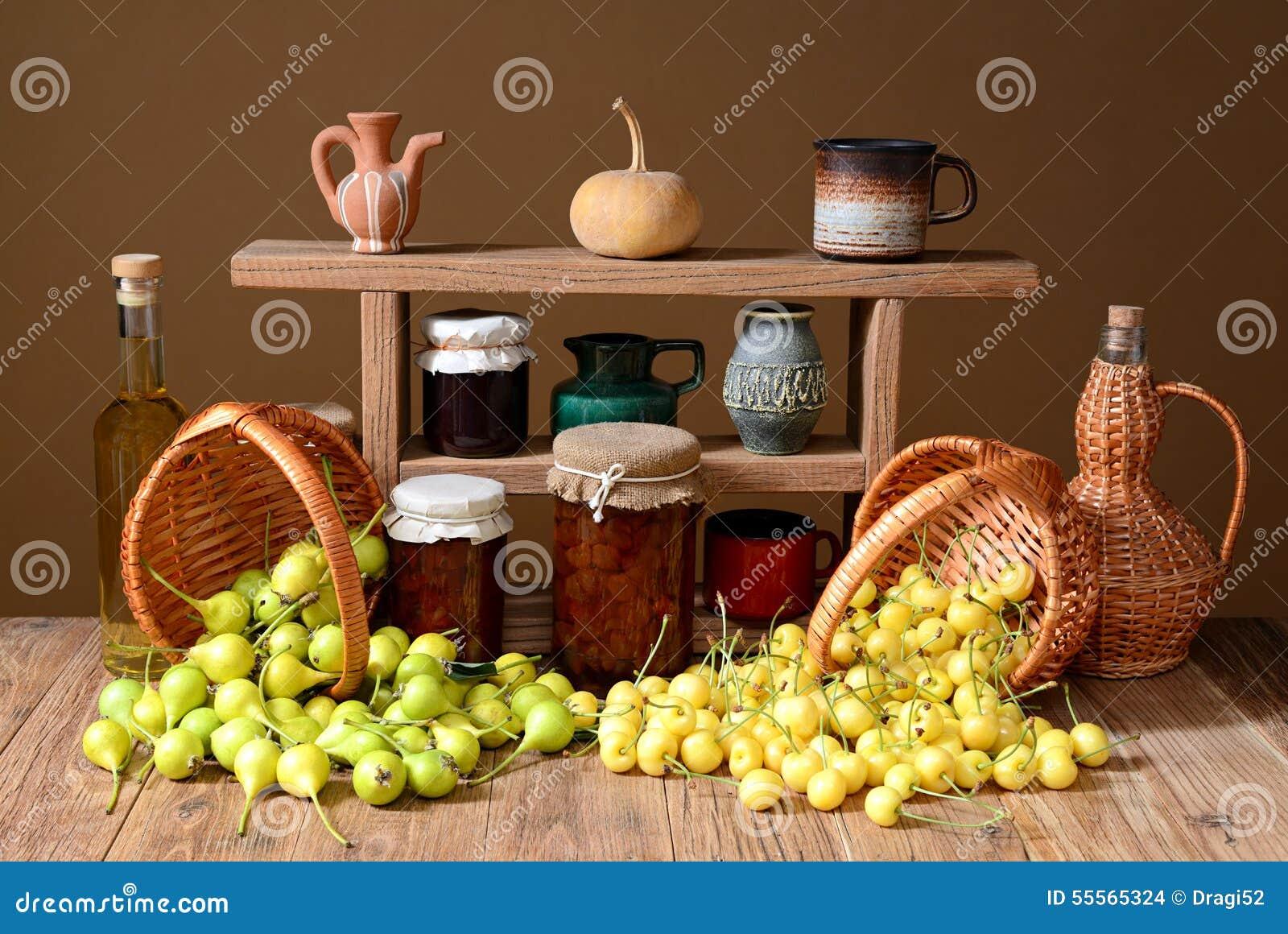 Φρέσκα αχλάδια, κεράσια στο ψάθινο καλάθι