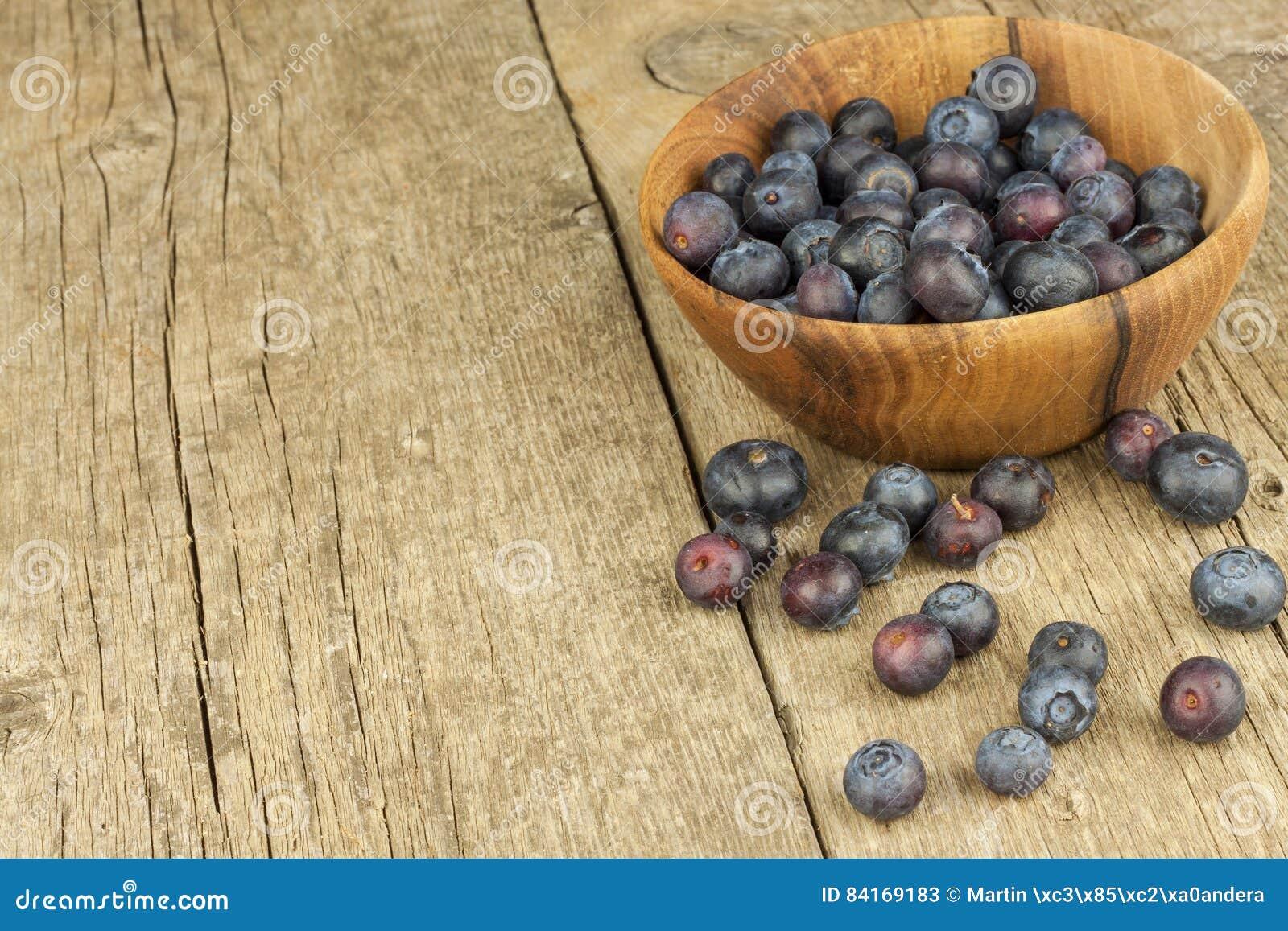 Φρέσκα βακκίνια στον παλαιό ξύλινο πίνακα Μαρμελάδα εργασίας Υγιή δασικά φρούτα Διατροφή για τους αθλητές