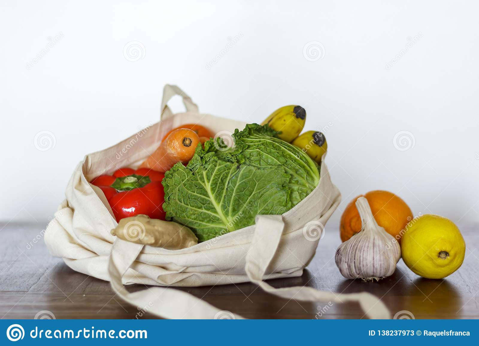 Φρέσκα λαχανικά και φρούτα στην τσάντα βαμβακιού Μηά απόβλητα, πλαστική ελεύθερη έννοια