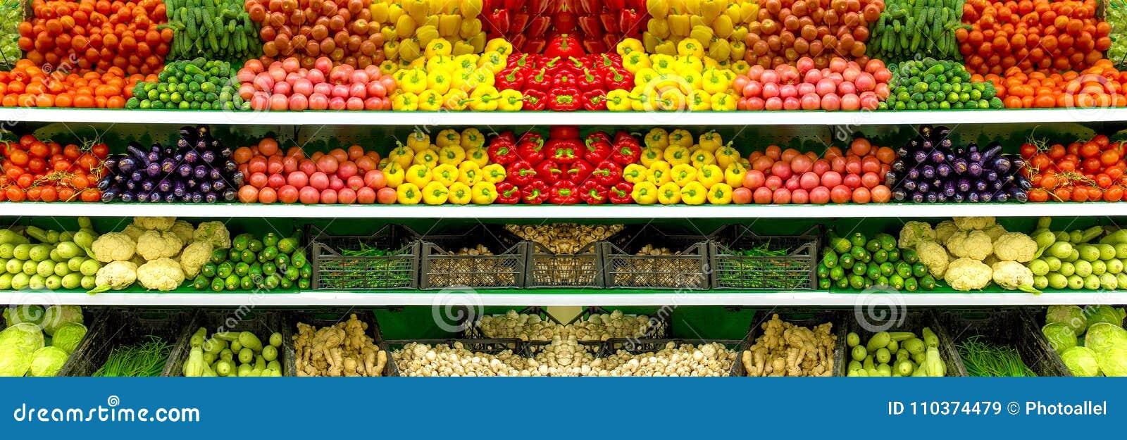 Φρέσκα οργανικά λαχανικά και φρούτα στο ράφι στην υπεραγορά, αγορά αγροτών τρόφιμα έννοιας υγιή Βιταμίνες και ανόργανα άλατα Ντομ