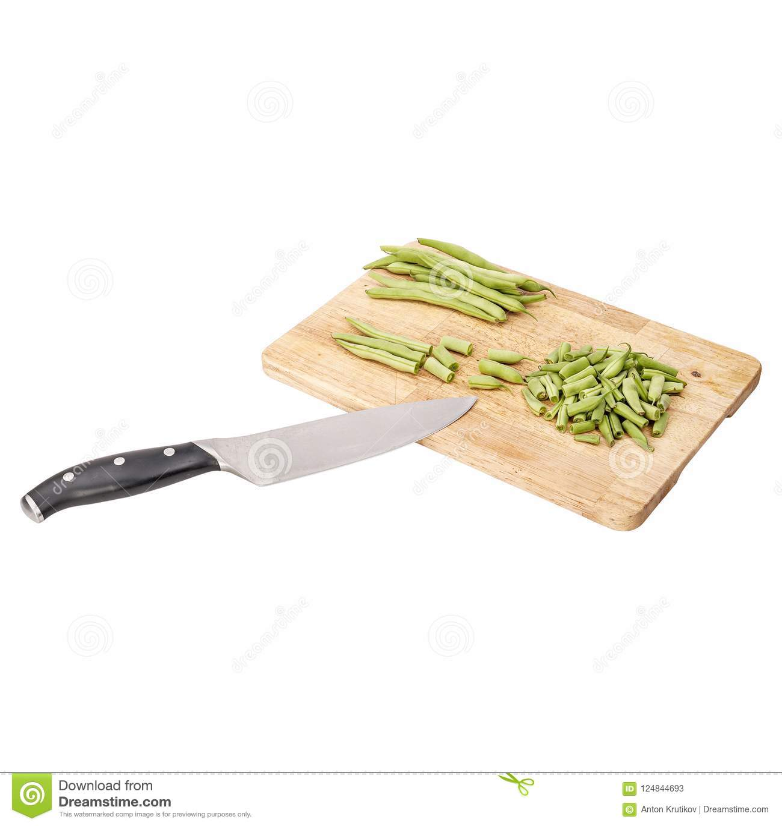 Φρέσκα πράσινα φασόλια σε έναν τέμνοντα πίνακα σε έναν πίνακα
