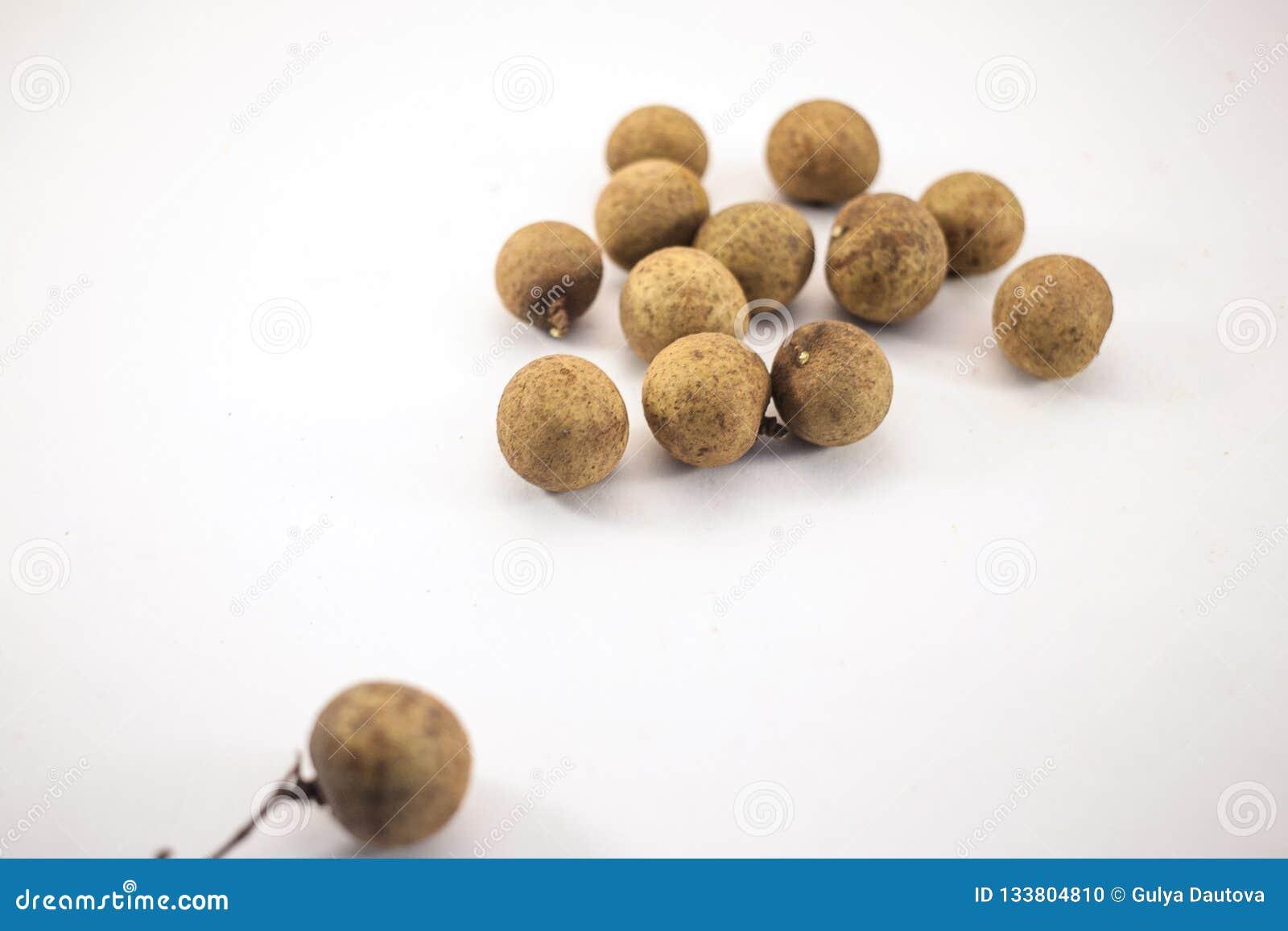 Φρέσκα longan φρούτα που απομονώνονται στο άσπρο υπόβαθρο