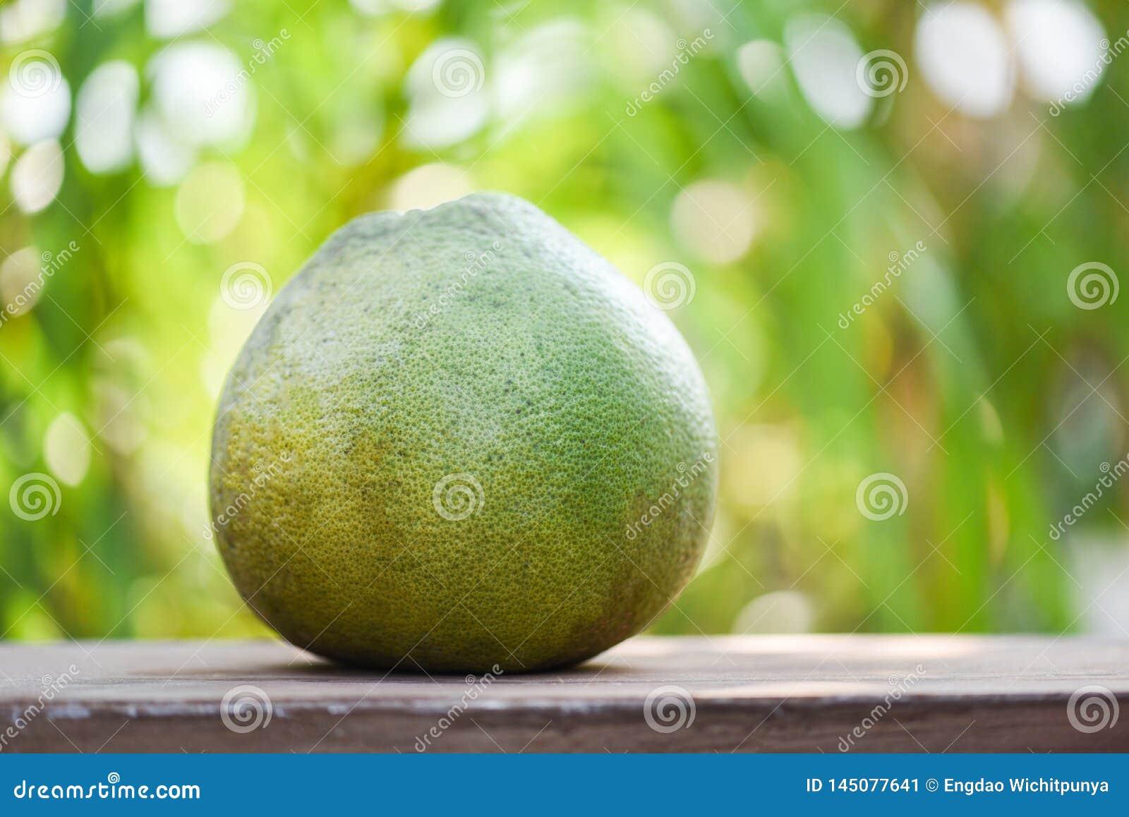 Φρέσκα pomelo φρούτα στο ξύλινο υπόβαθρο επιτραπέζιας πράσινο φύσης