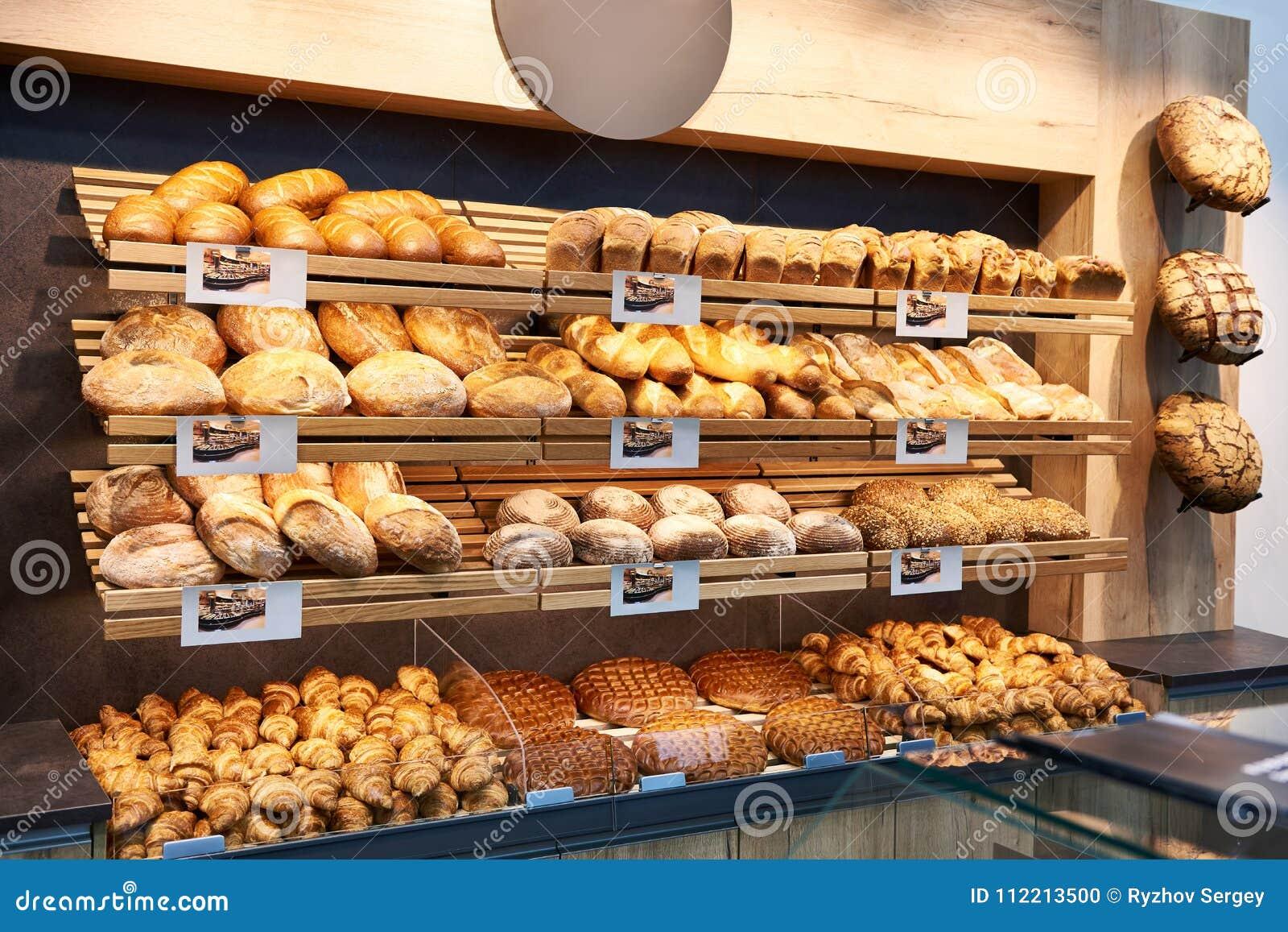 Φρέσκες ψωμί και ζύμες στα ράφια στο αρτοποιείο