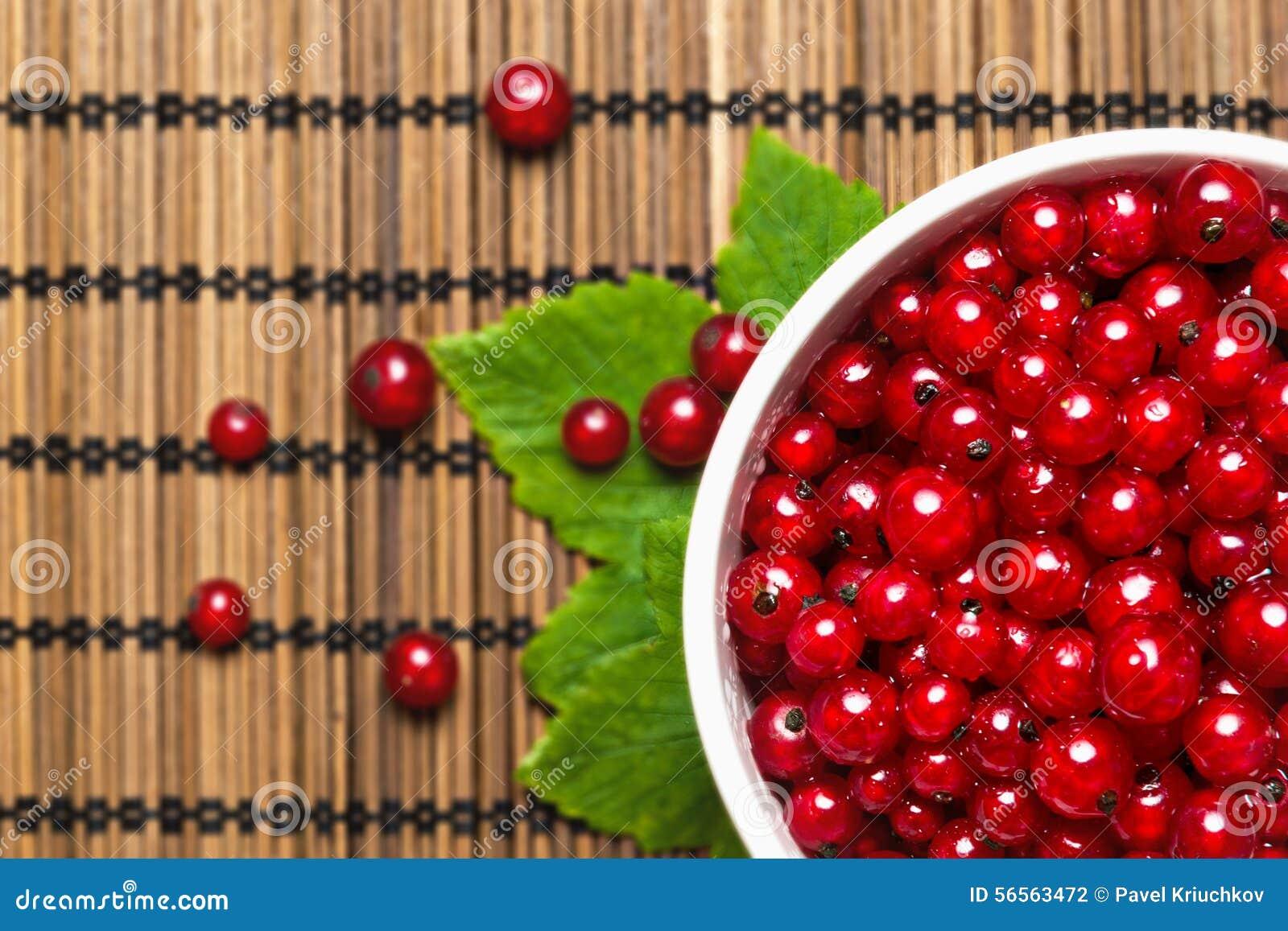 Download Φρέσκια κόκκινη σταφίδα σε έναν πίνακα Στοκ Εικόνες - εικόνα από δάσος, πίνακας: 56563472