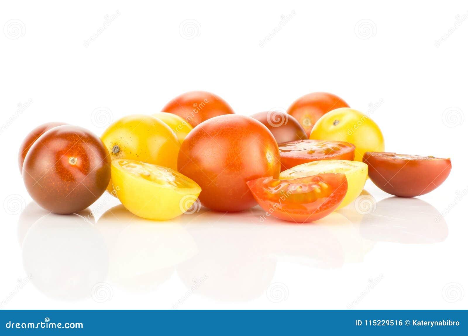 Φρέσκια μικτή ντομάτα κερασιών χρώματος που απομονώνεται στο λευκό