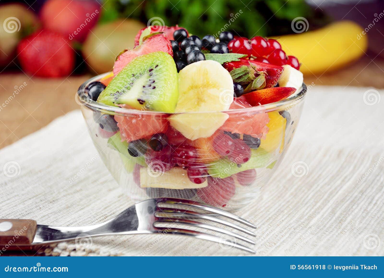 Download Φρέσκια νόστιμη σαλάτα φρούτων Στοκ Εικόνες - εικόνα από άνθρωποι, μέντα: 56561918