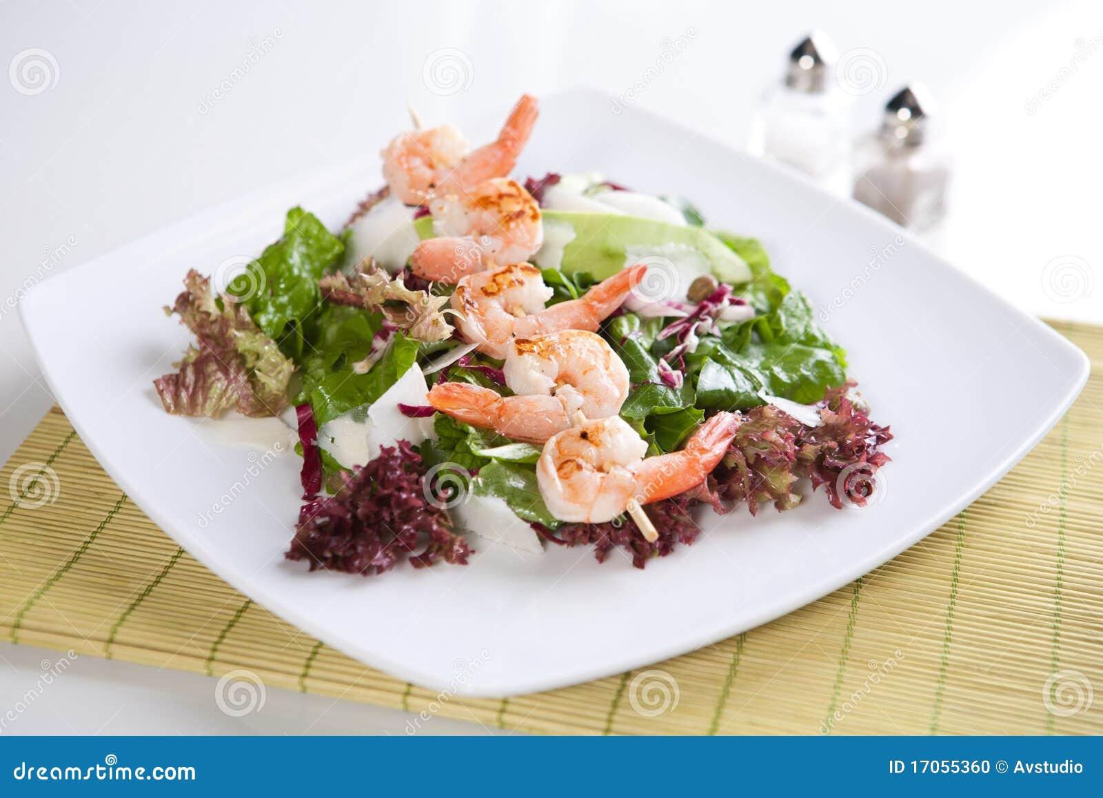 Φρέσκια πράσινη σαλάτα με τις ψημένες στη σχάρα γαρίδες