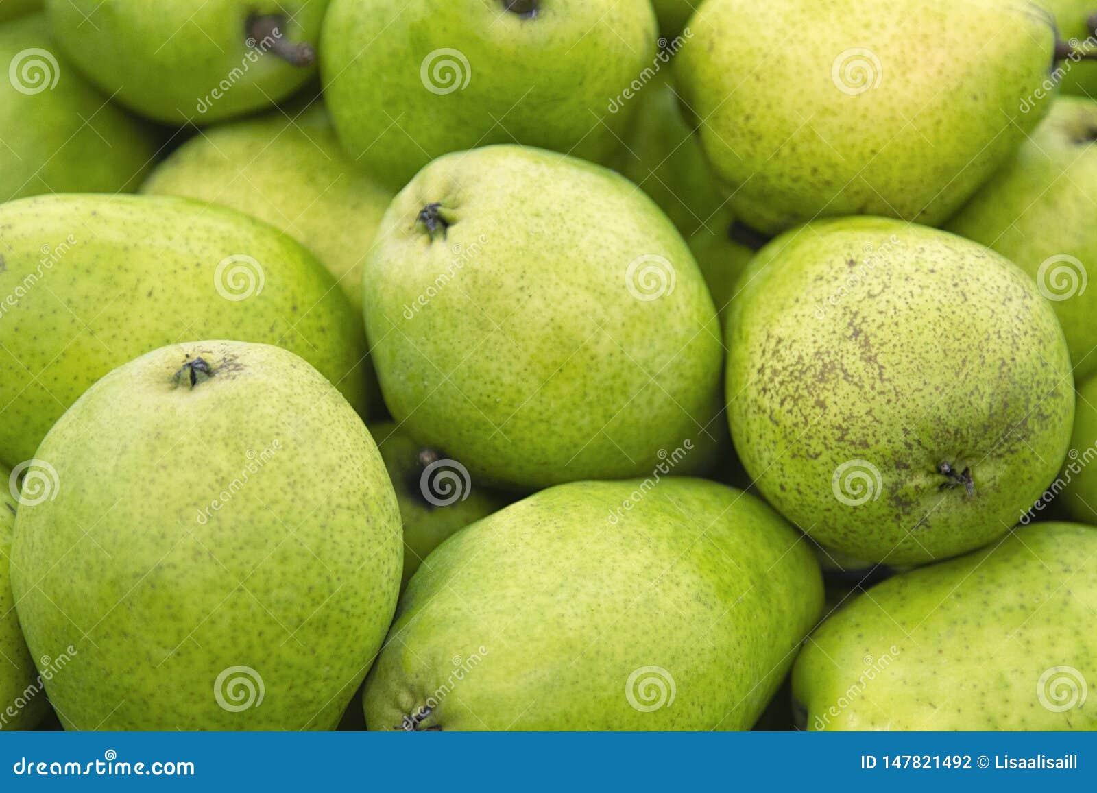 Φρέσκια πράσινη σύσταση αχλαδιών Φρέσκα αχλάδια που βρίσκονται στο μετρητή - πράσινη και κίτρινη σύσταση με τους νωπούς καρπούς -