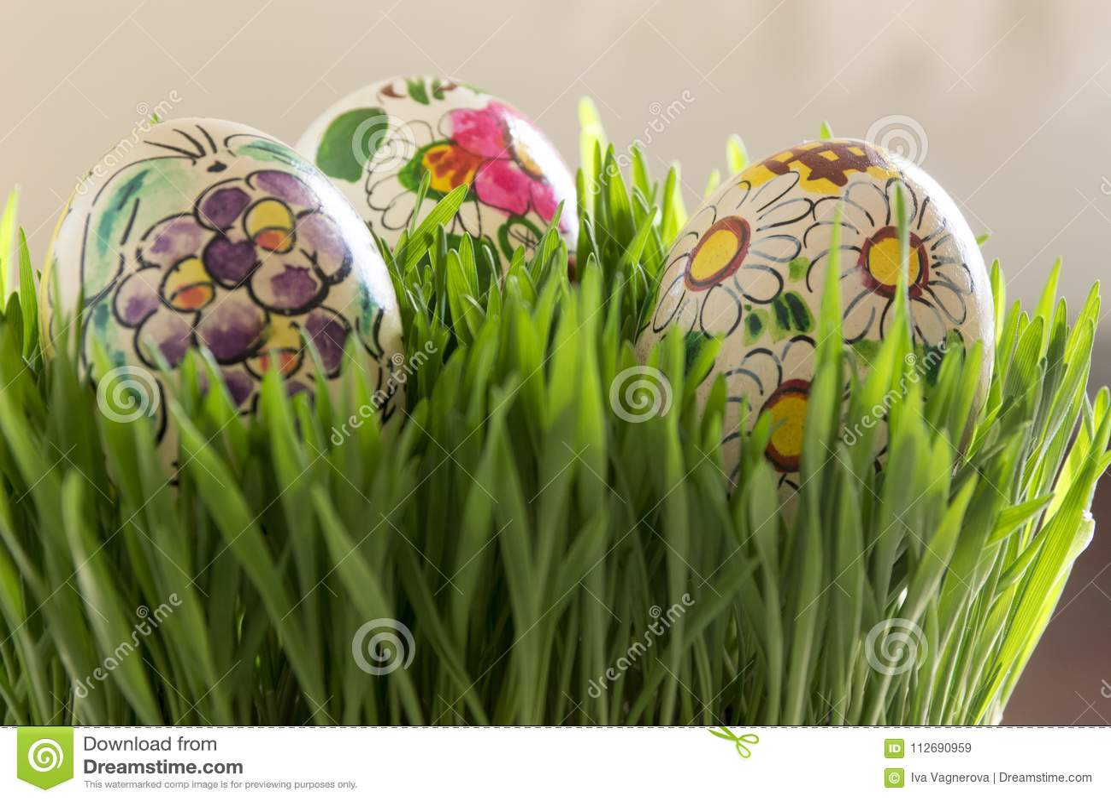 φρέσκια χλόη αυγών Πάσχας πρ