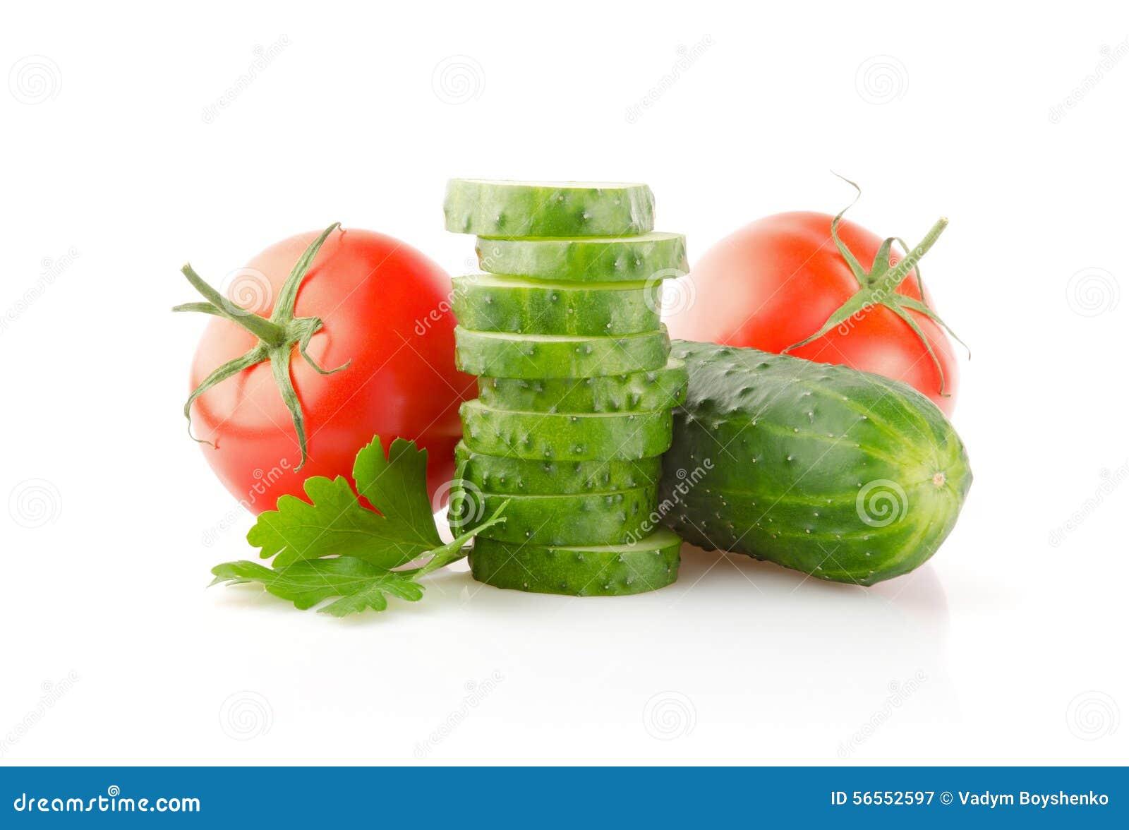 Download Φρέσκοι ντομάτες, αγγούρια και μαϊντανός στο λευκό Στοκ Εικόνα - εικόνα από αποκοπή, καρύκευμα: 56552597
