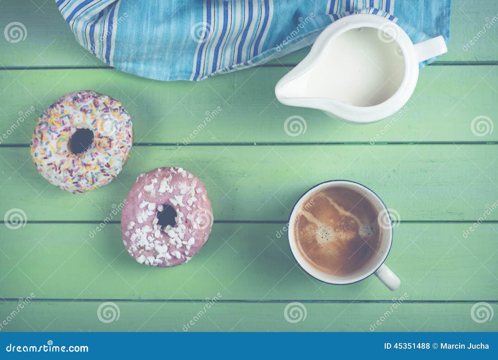 Φρέσκοι donuts και καφές στον πίνακα