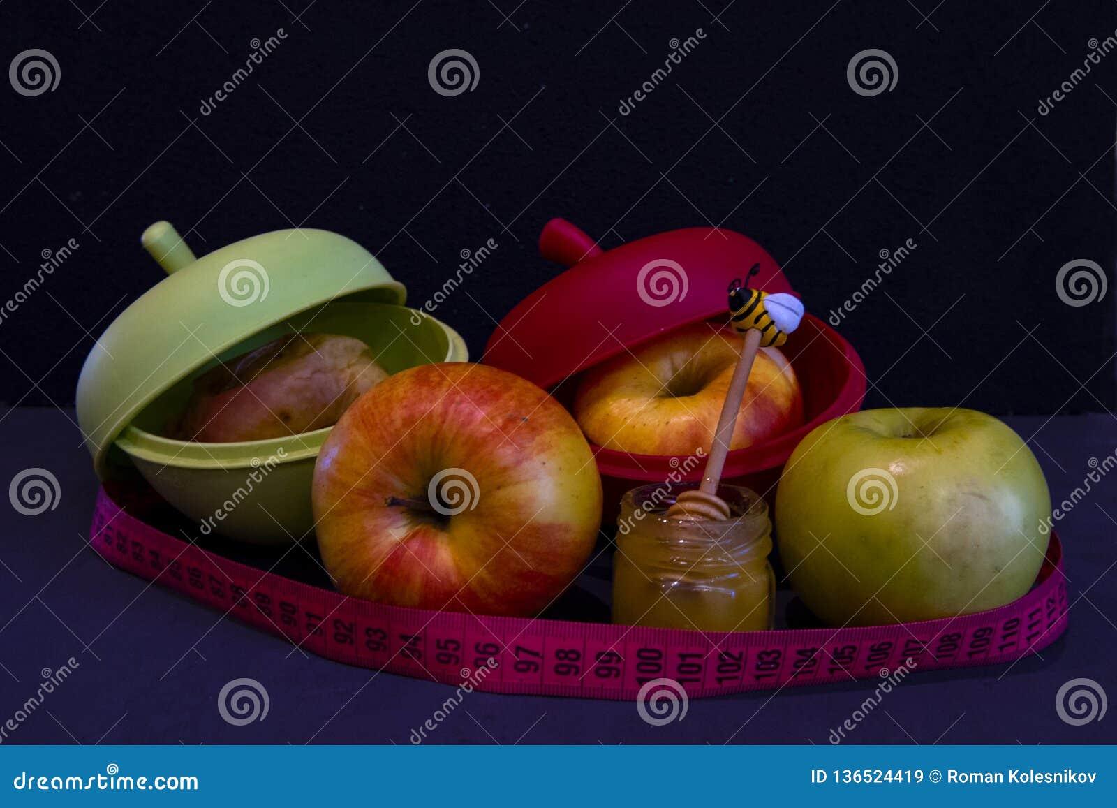 Φρέσκος και ψημένος μήλα μιας στα ειδικά σιλικόνης μορφής